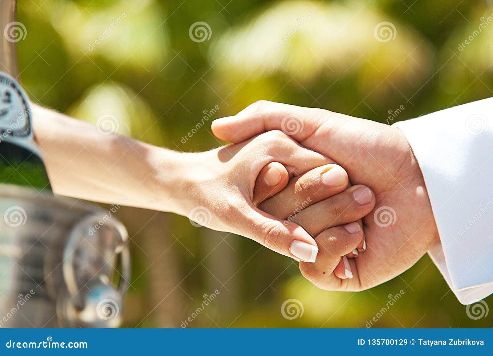 Mãos da posse dos pares Casamento e amor