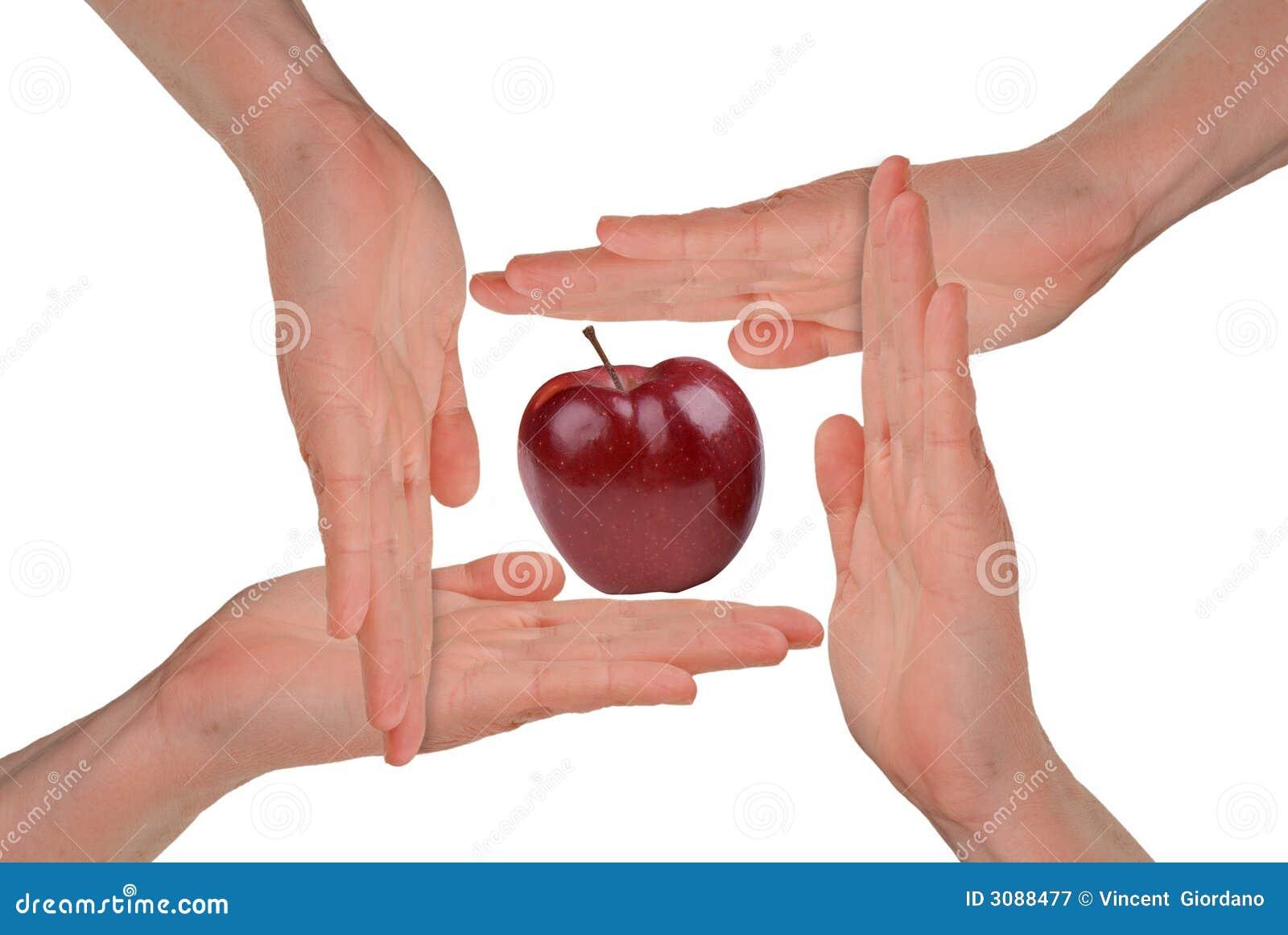 Mãos das mulheres em torno de um Apple