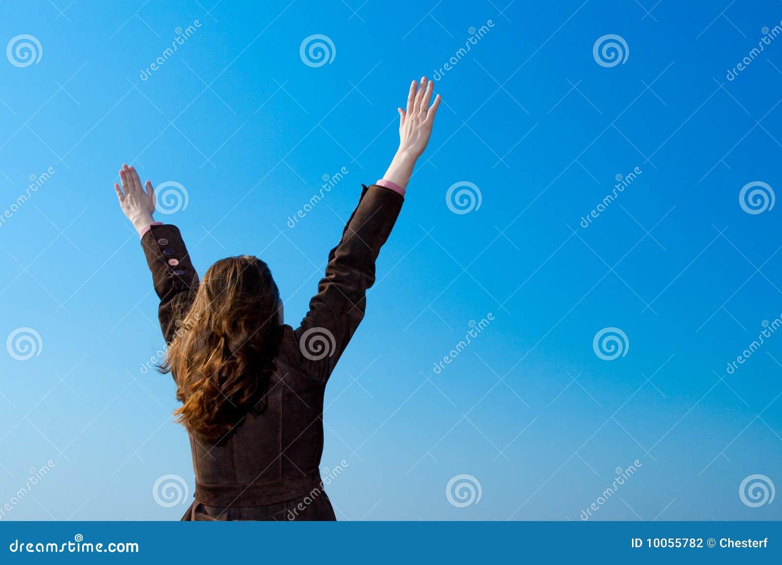 Mãos de aumentação da mulher