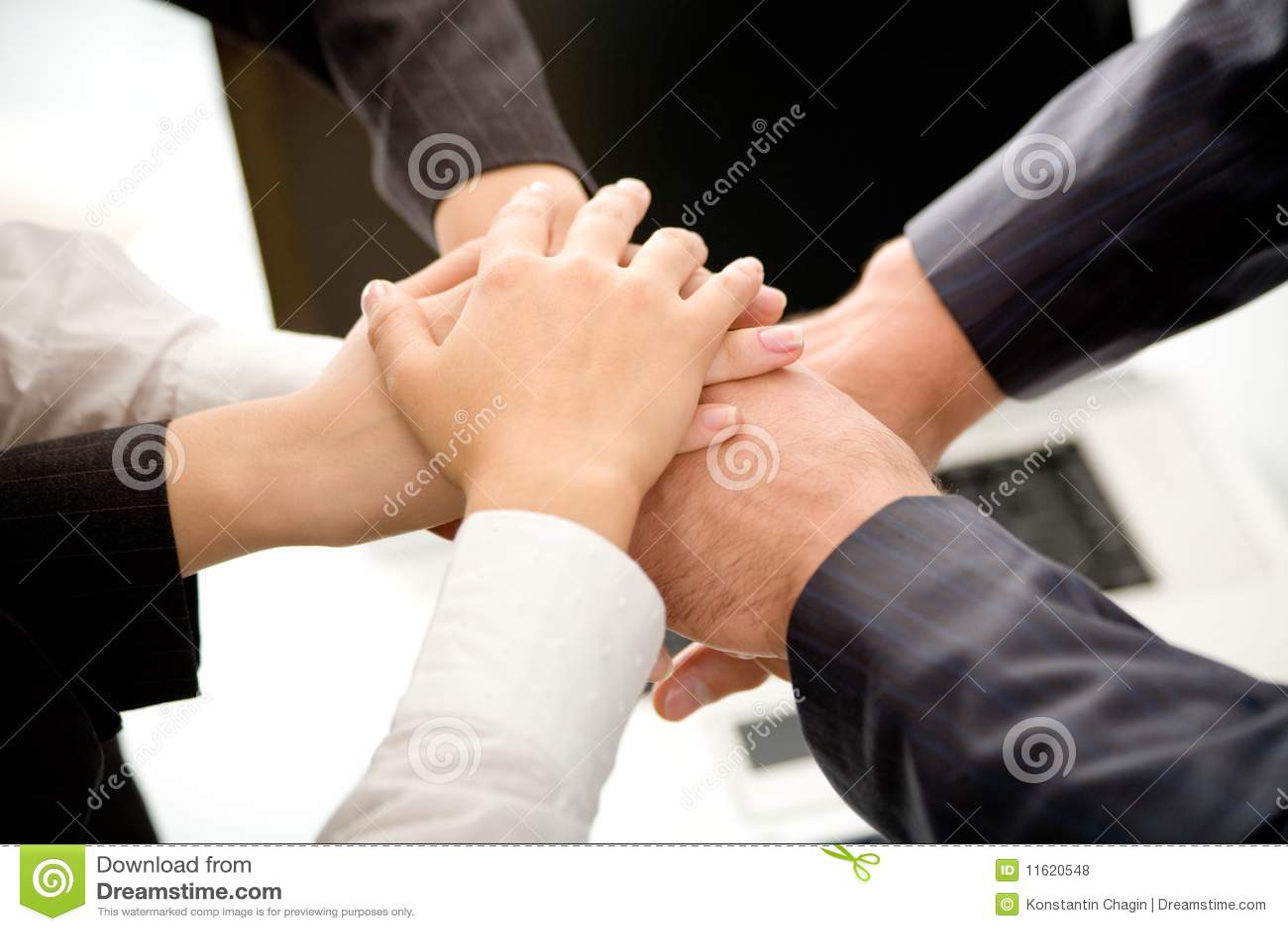 Mãos de junta da equipe do negócio