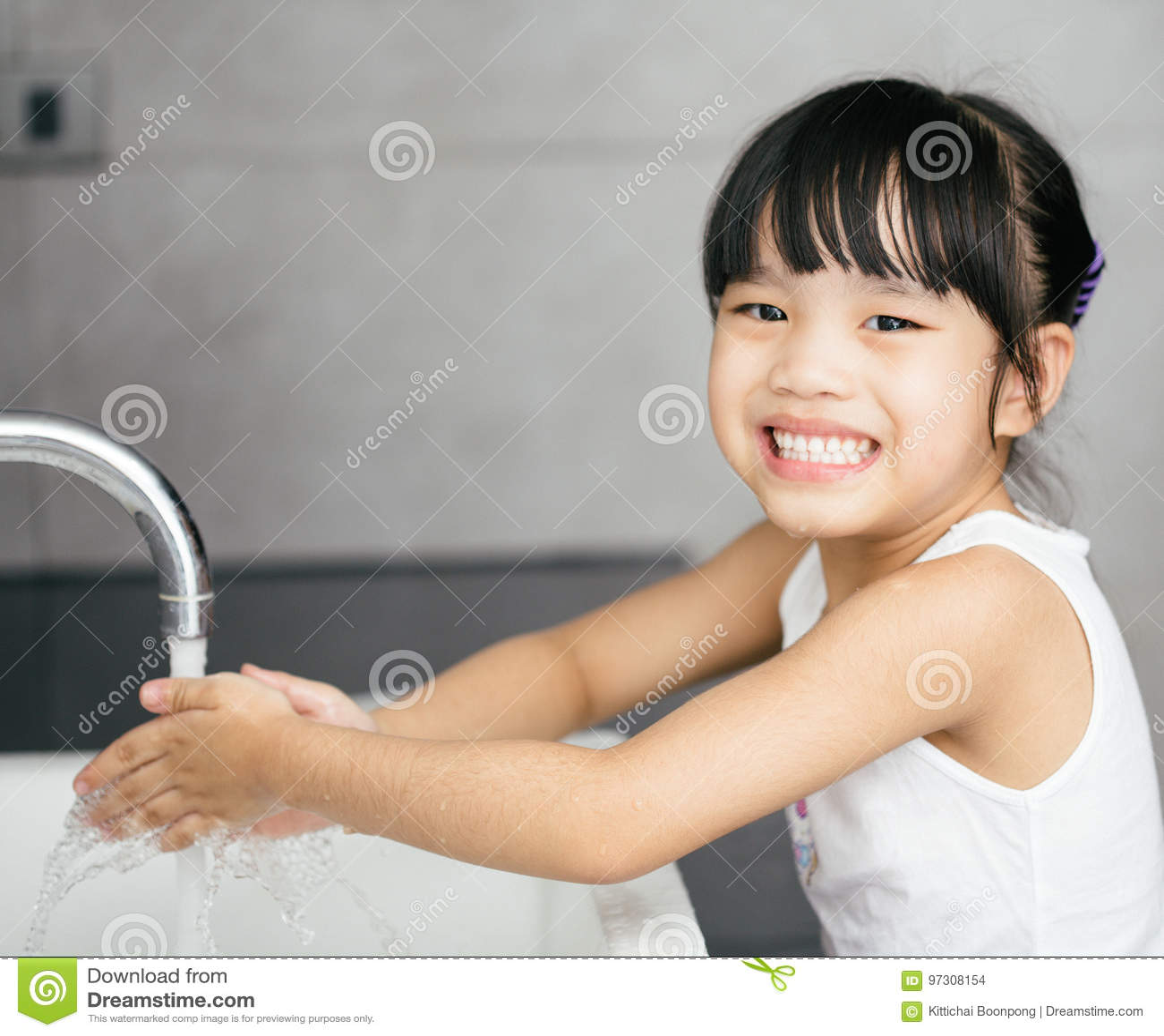Mãos de lavagem da criança asiática