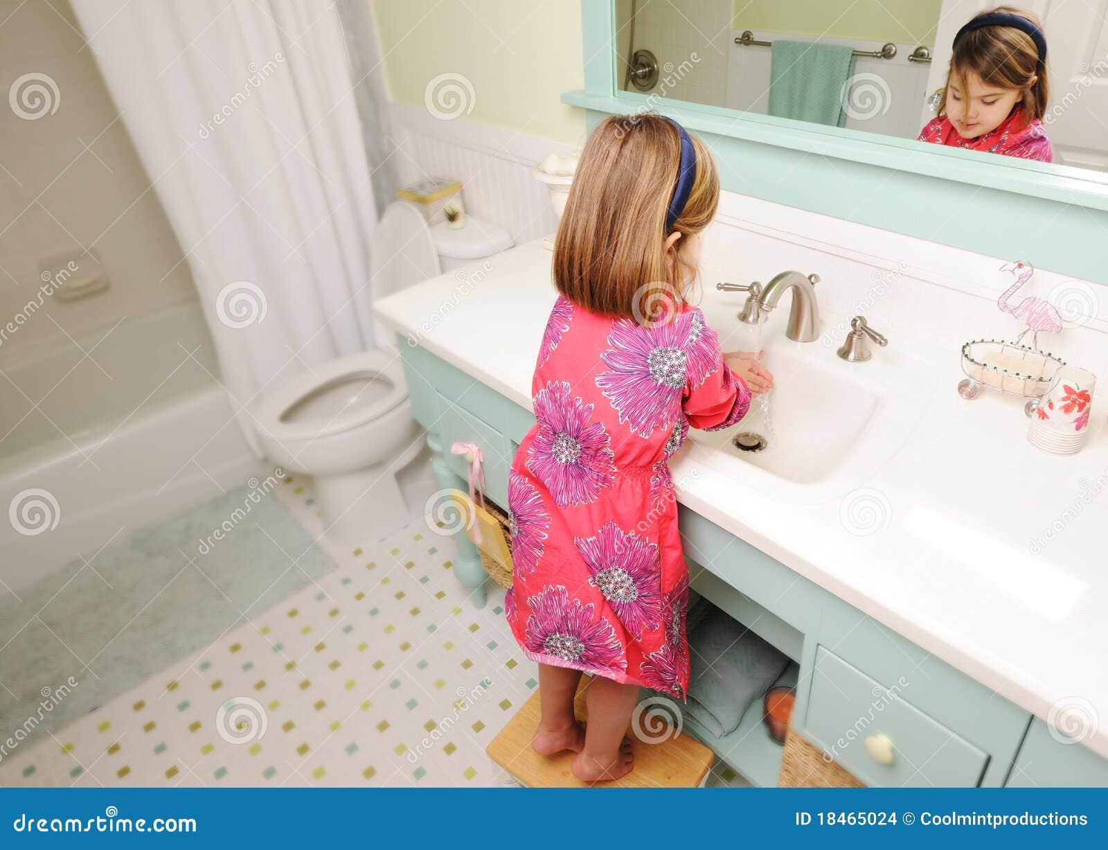 Mãos De Lavagem Da Rapariga No Banheiro Imagens de Stock Imagem  #AB2043 1300x1013 Banheiro De Bebe Decorado