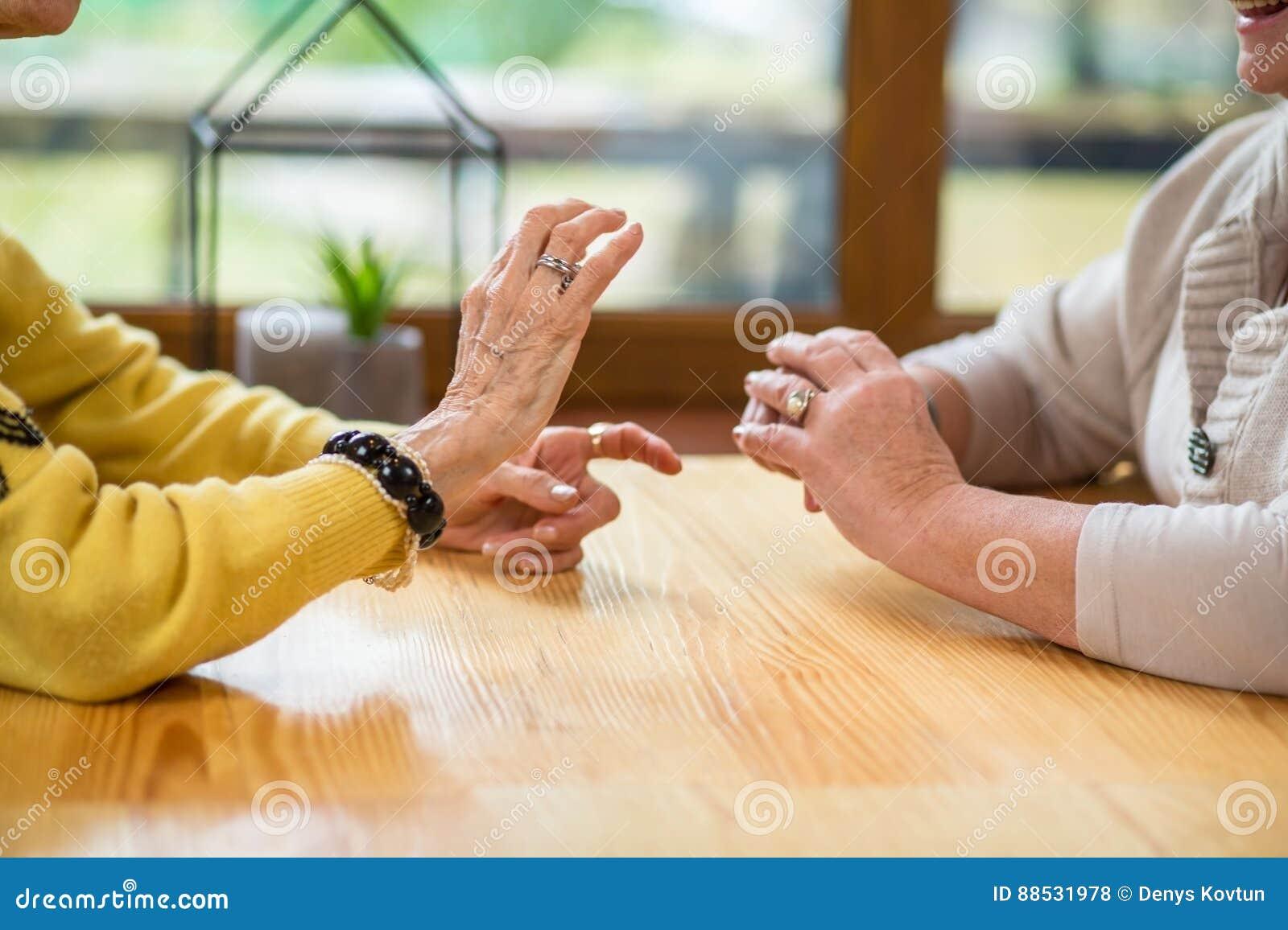 Mãos de mulheres superiores