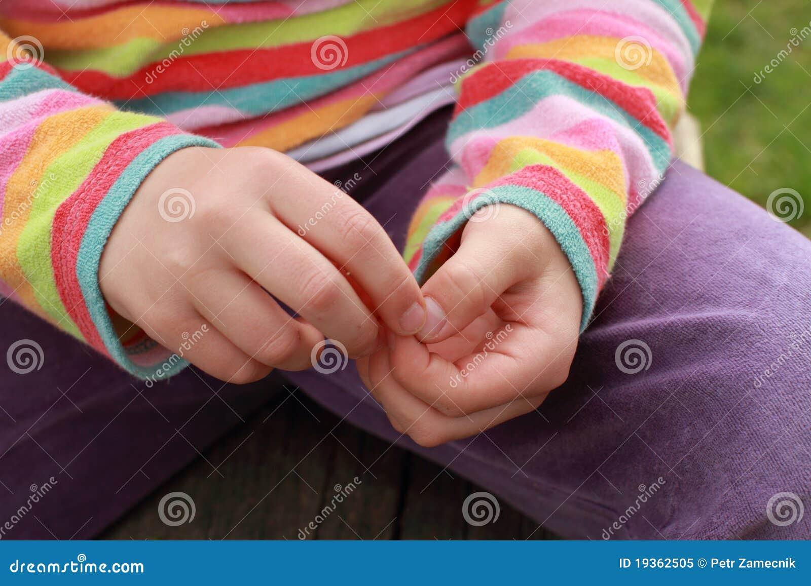 Mãos de uma menina