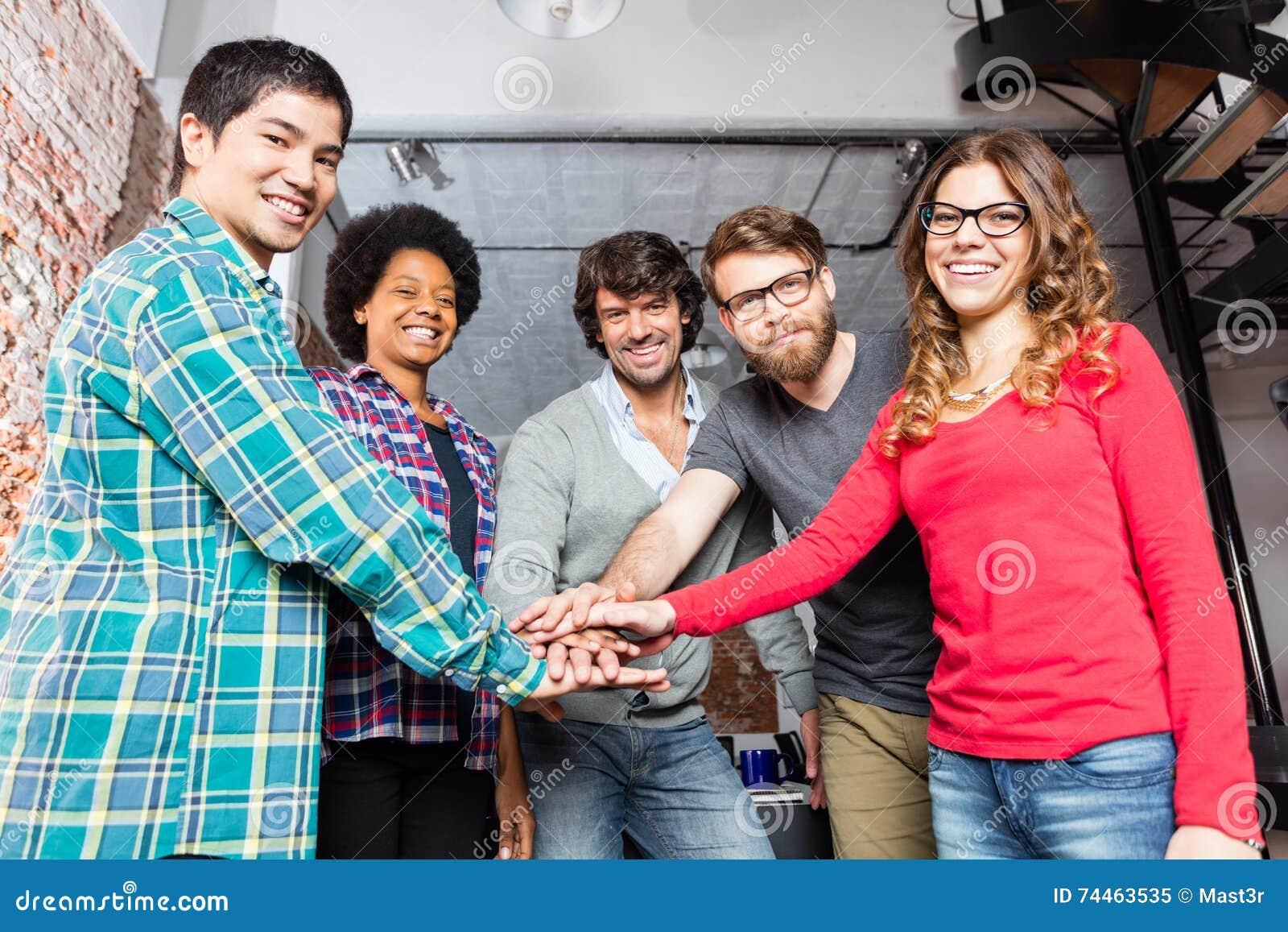Mãos diversas da equipe dos povos sobre se apoio