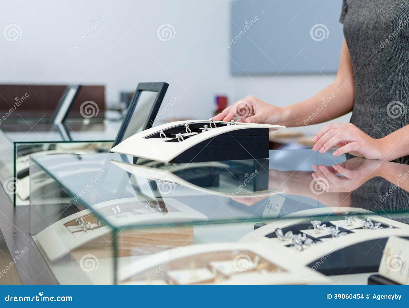 Mãos do assistente da concessão na caixa de janela com anéis