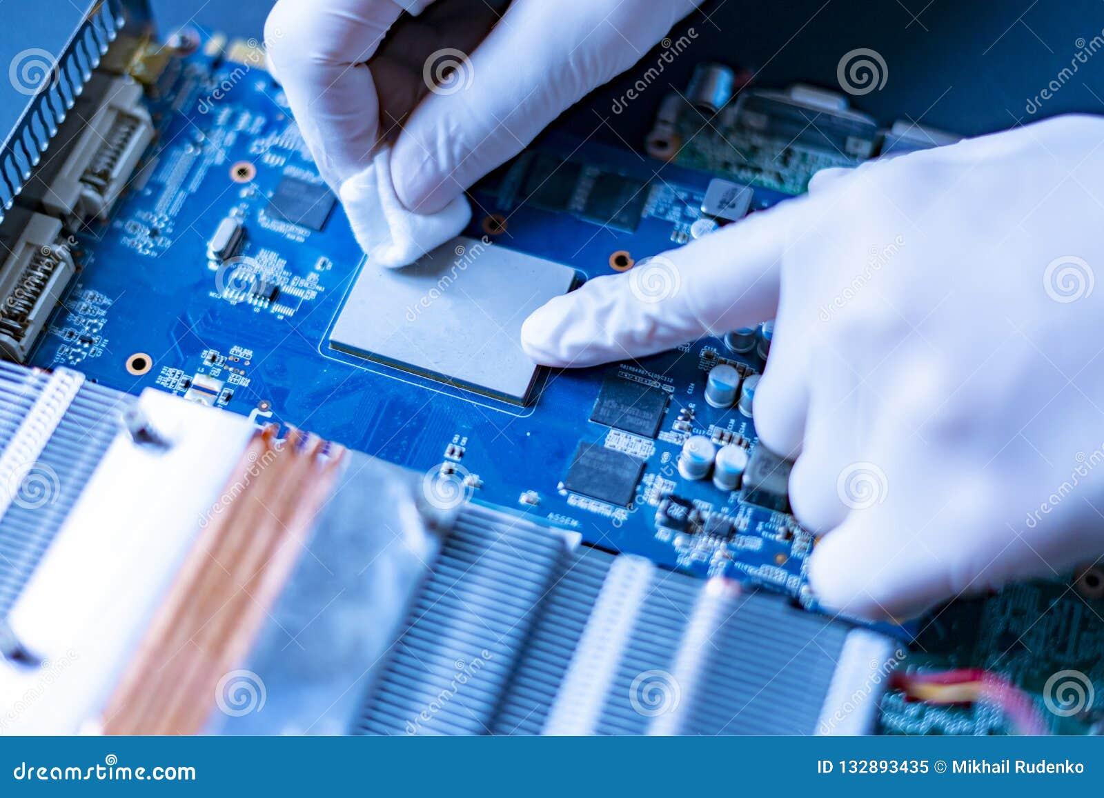 Mãos do cientista no trabalho de pesquisa da universidade com a microplaqueta f do processador central do computador da nova tecn