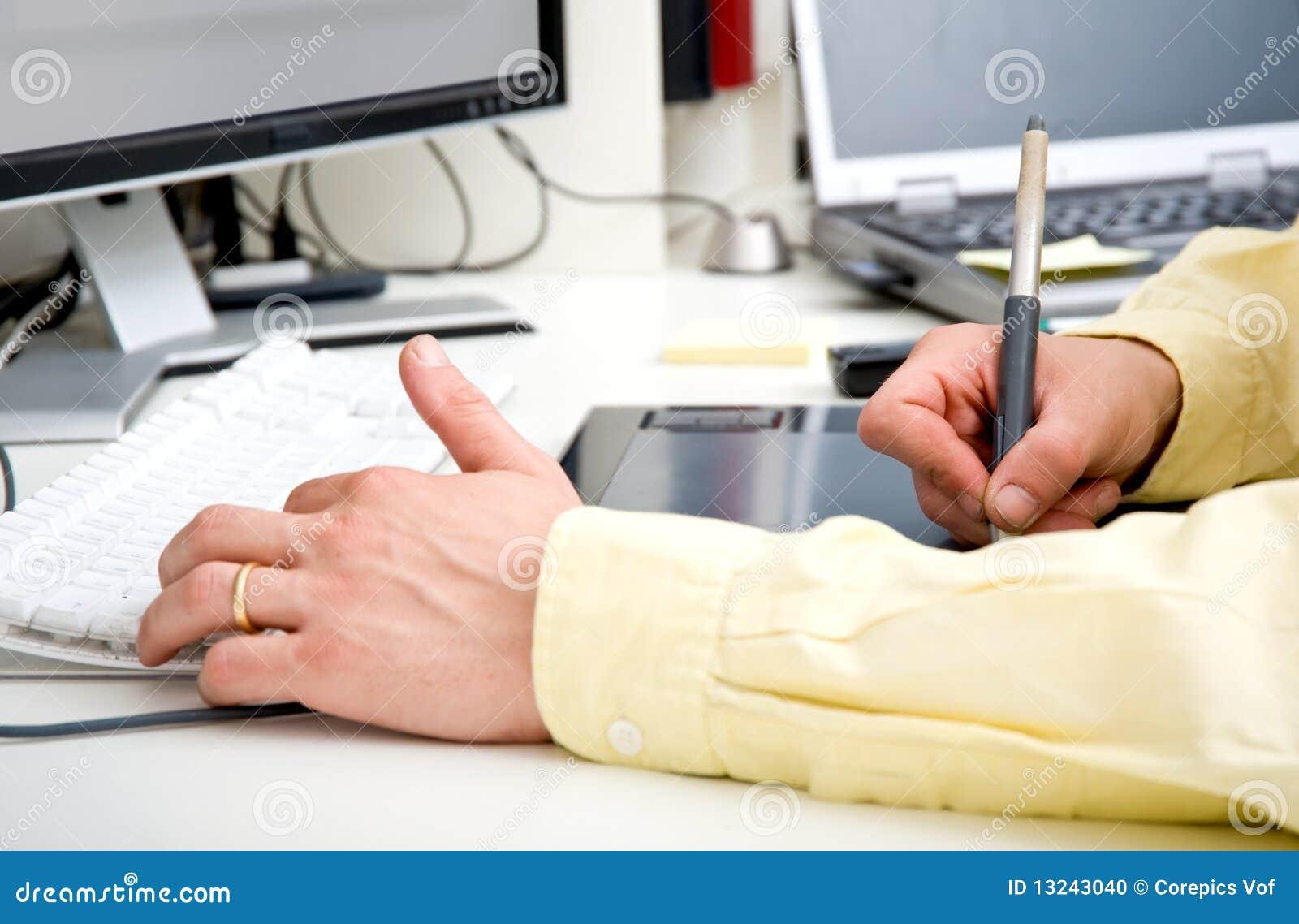 Mãos do desenhador gráfico