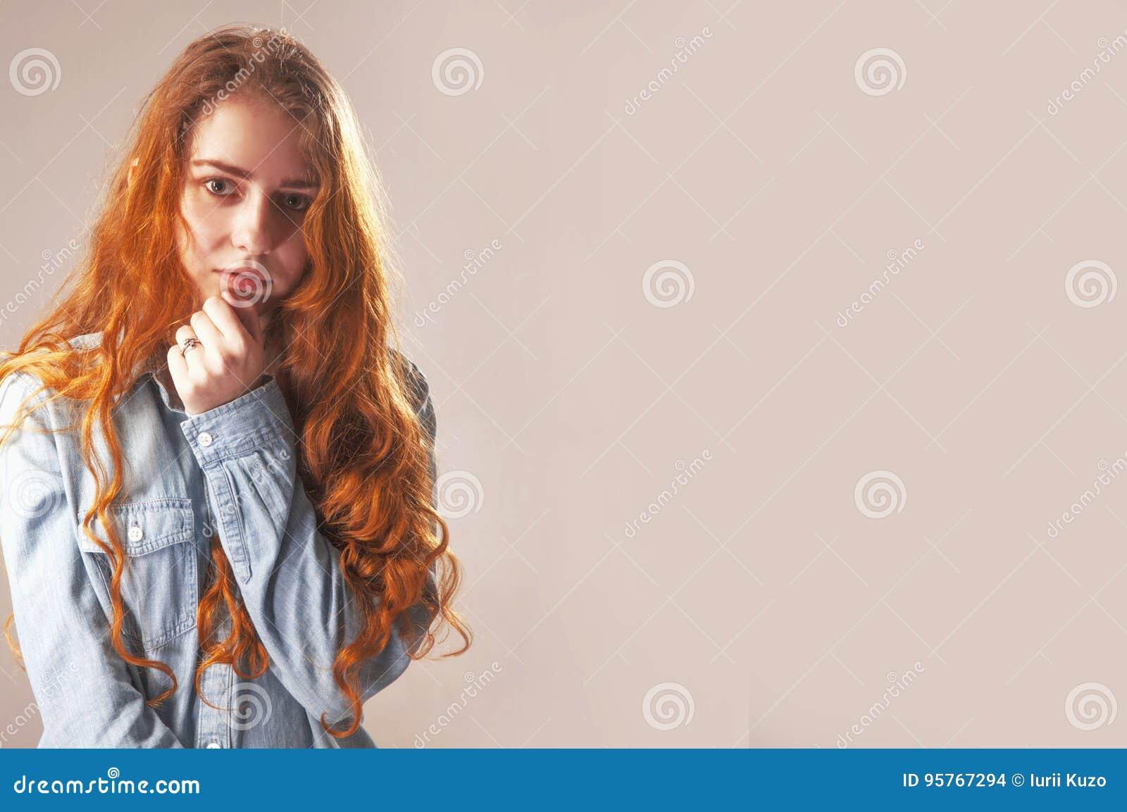 Mãos dobradas da menina como um símbolo da solidão Langua do corpo