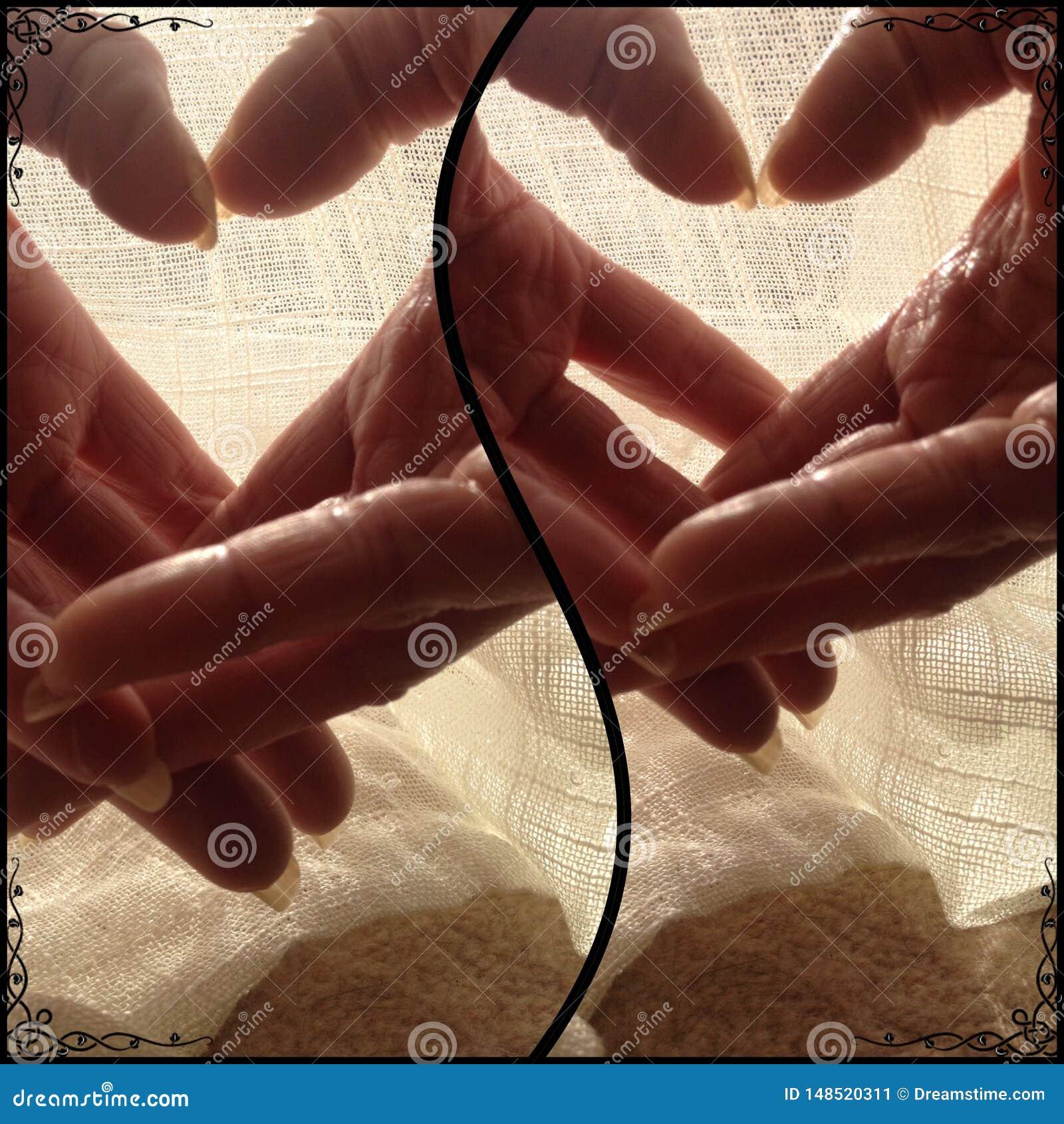 Mãos dos amantes em momentos dos corações