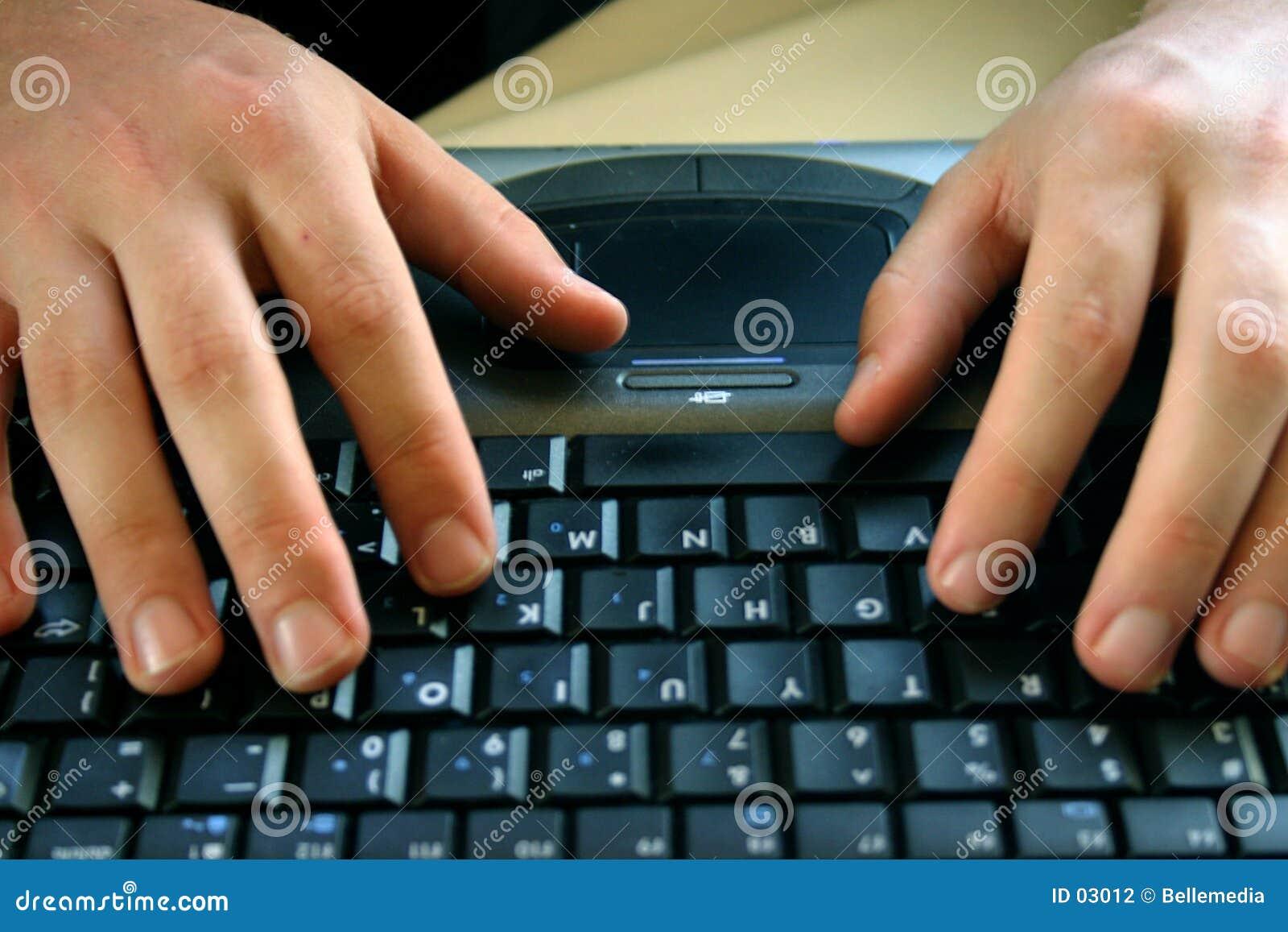 Mãos e teclado