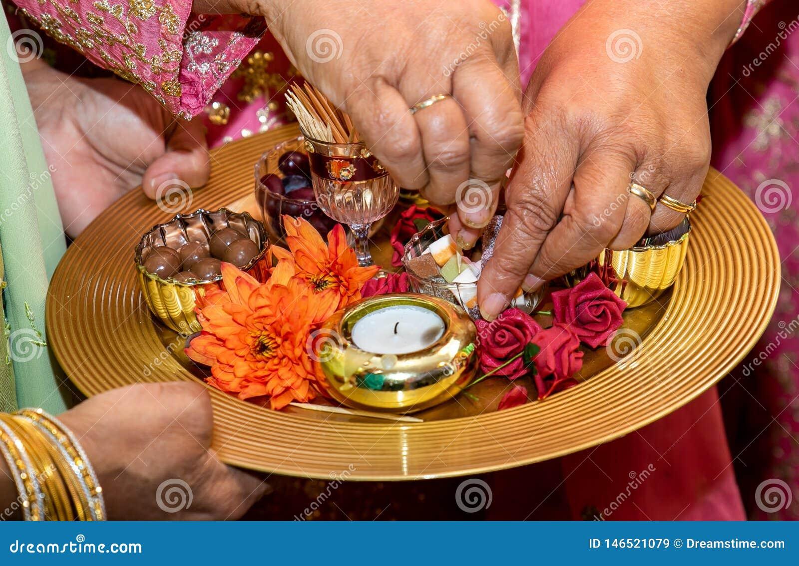 Mãos e velas para o casamento da hena do mendhi