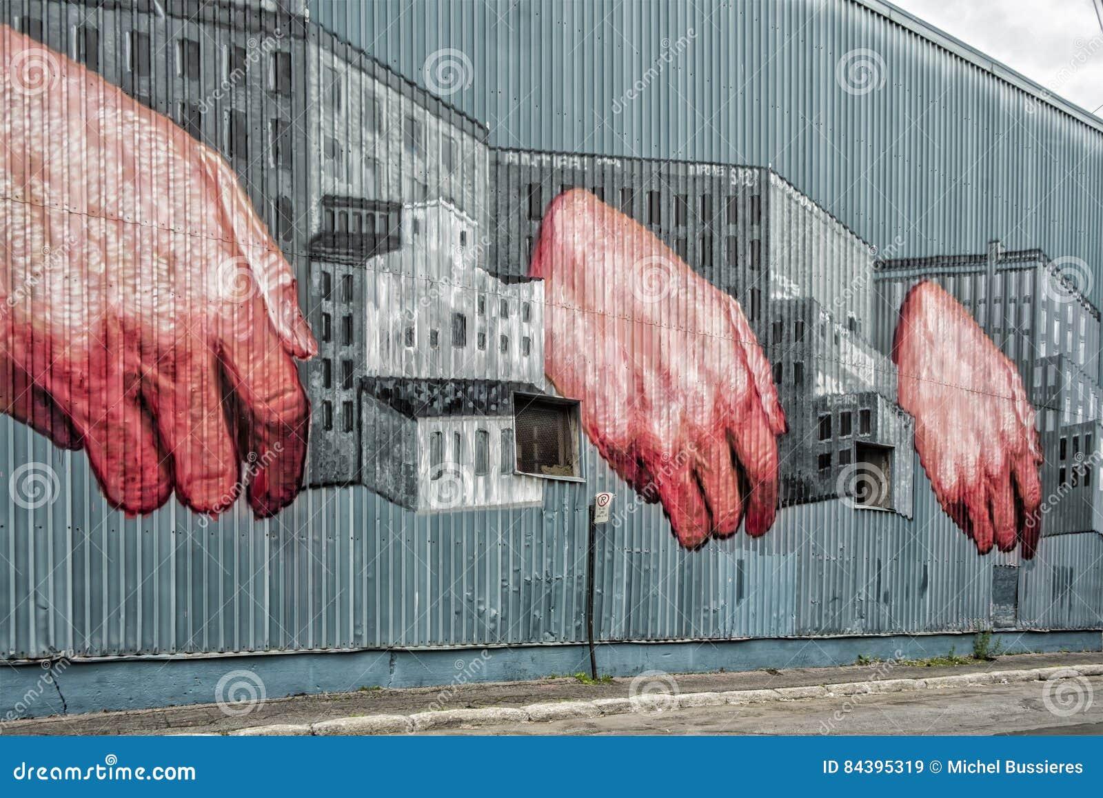 Mãos em uma parede da construção