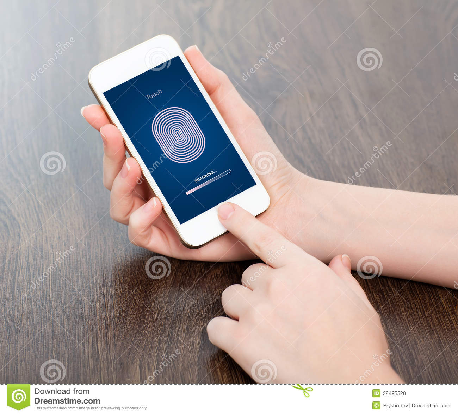 Mãos fêmeas que guardam um telefone e que dão entrada ao código do PIN do dedo