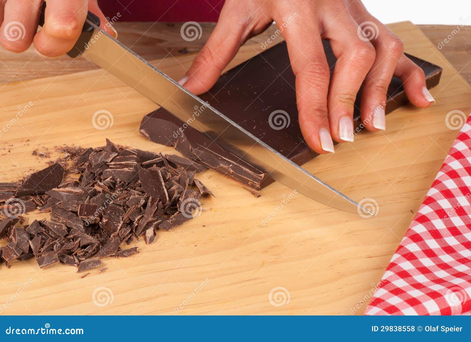 Desbastando o chocolate escuro para o bolo
