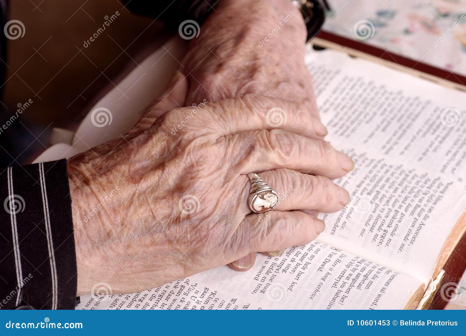 Mãos idosas na Bíblia