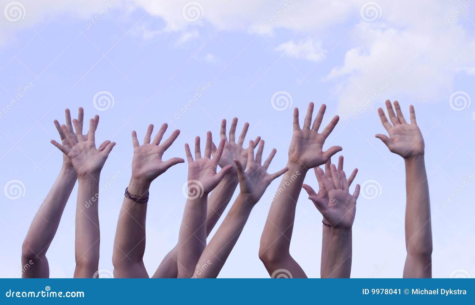 Mãos levantadas no ar de encontro ao céu