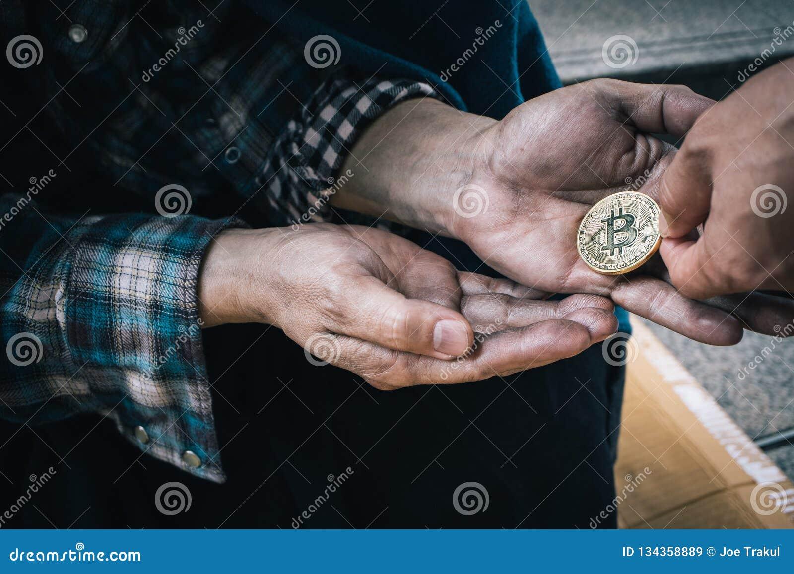 Mãos masculinas do mendigo que dão as moedas da bondade humana, sem abrigo na cidade