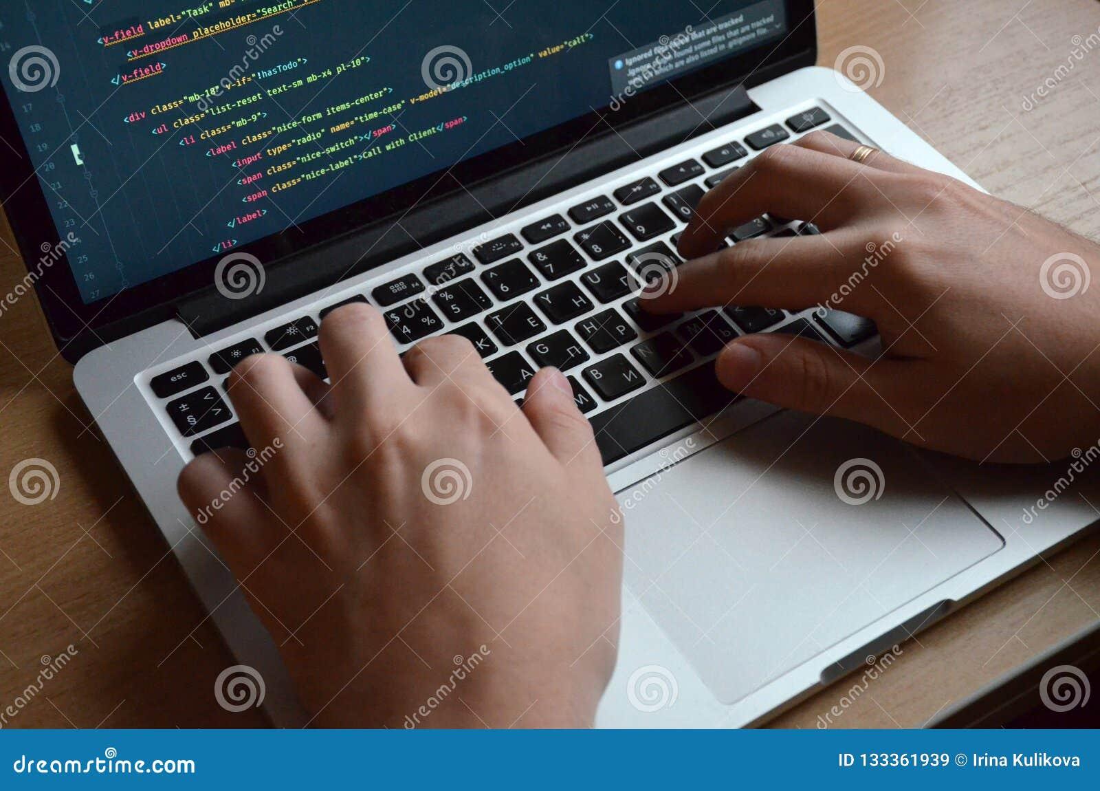 Mãos masculinas em um teclado preto Codificação europeia em um computador S
