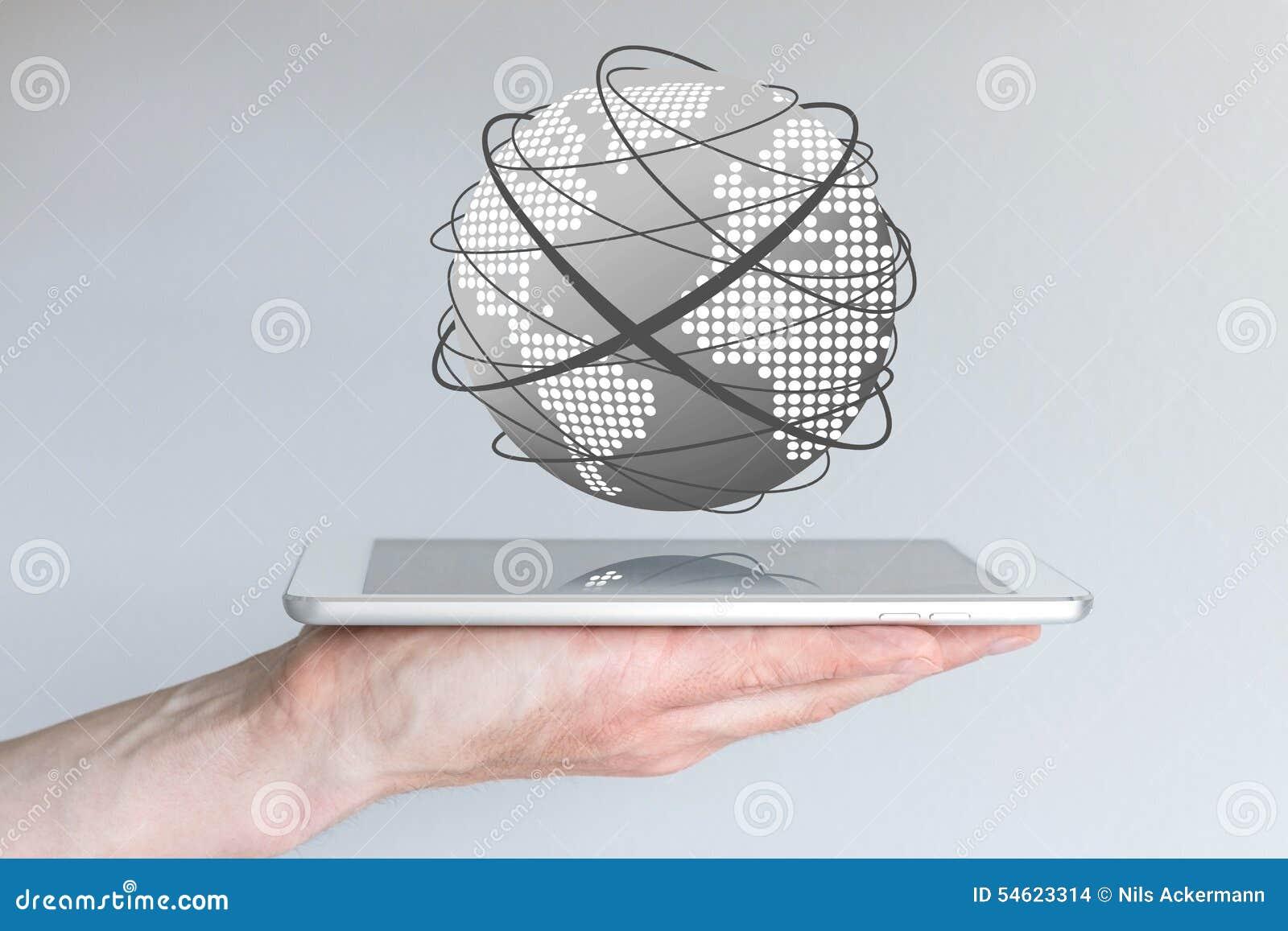 Mãos masculinas que guardam a tabuleta ou o grande telefone esperto a fim conectar ao world wide web
