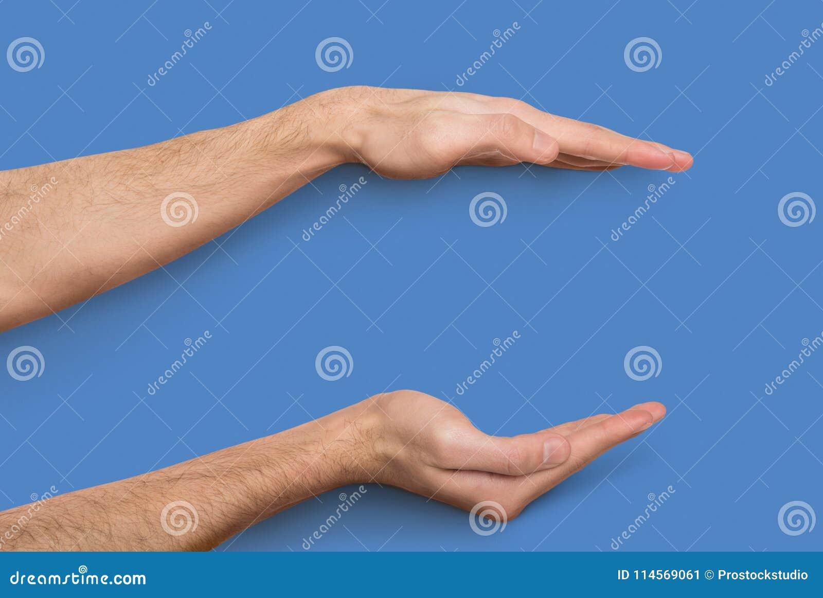 Mãos masculinas que medem o artigo invisível no fundo bege