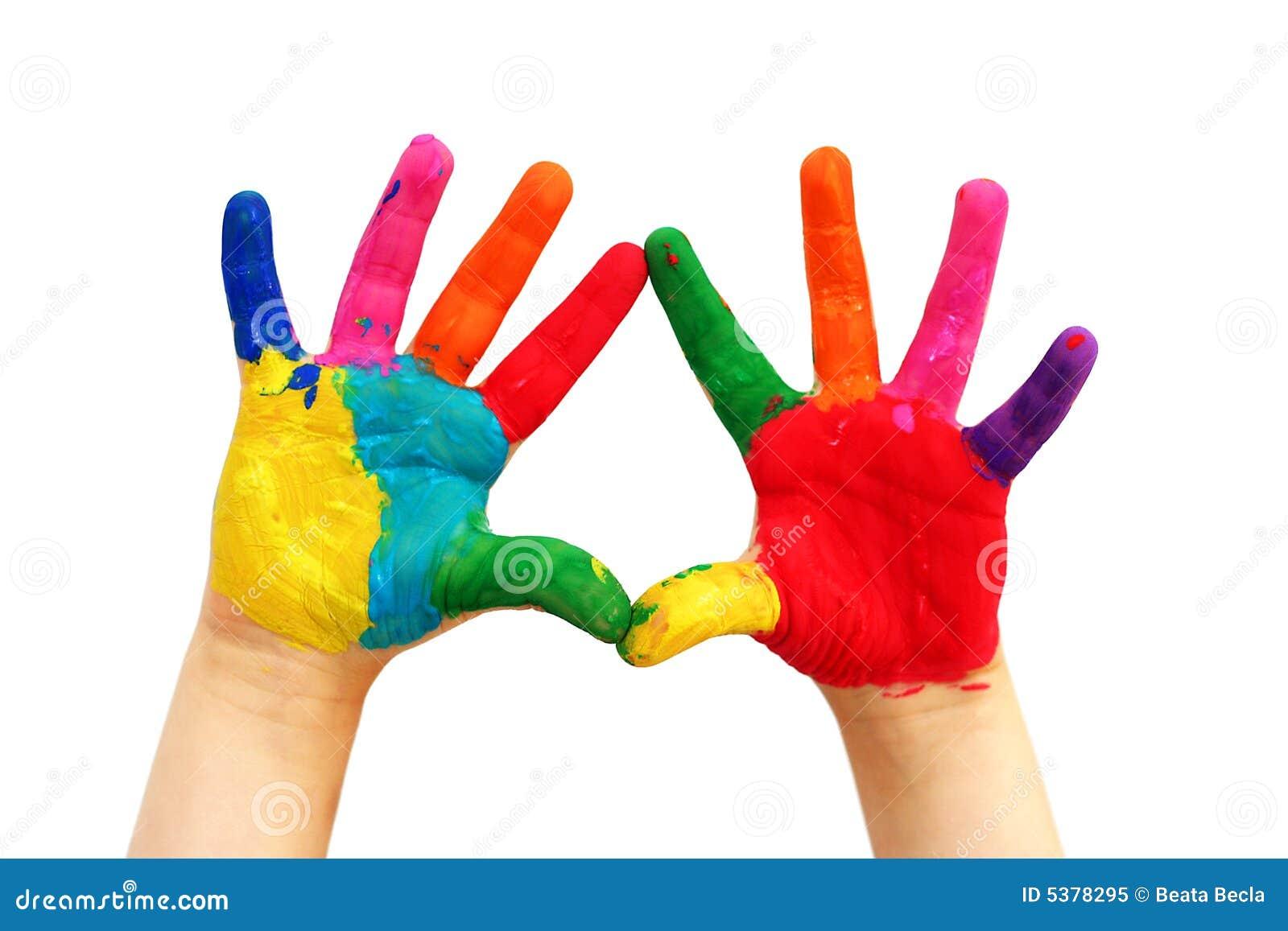 Mãos pintadas da criança