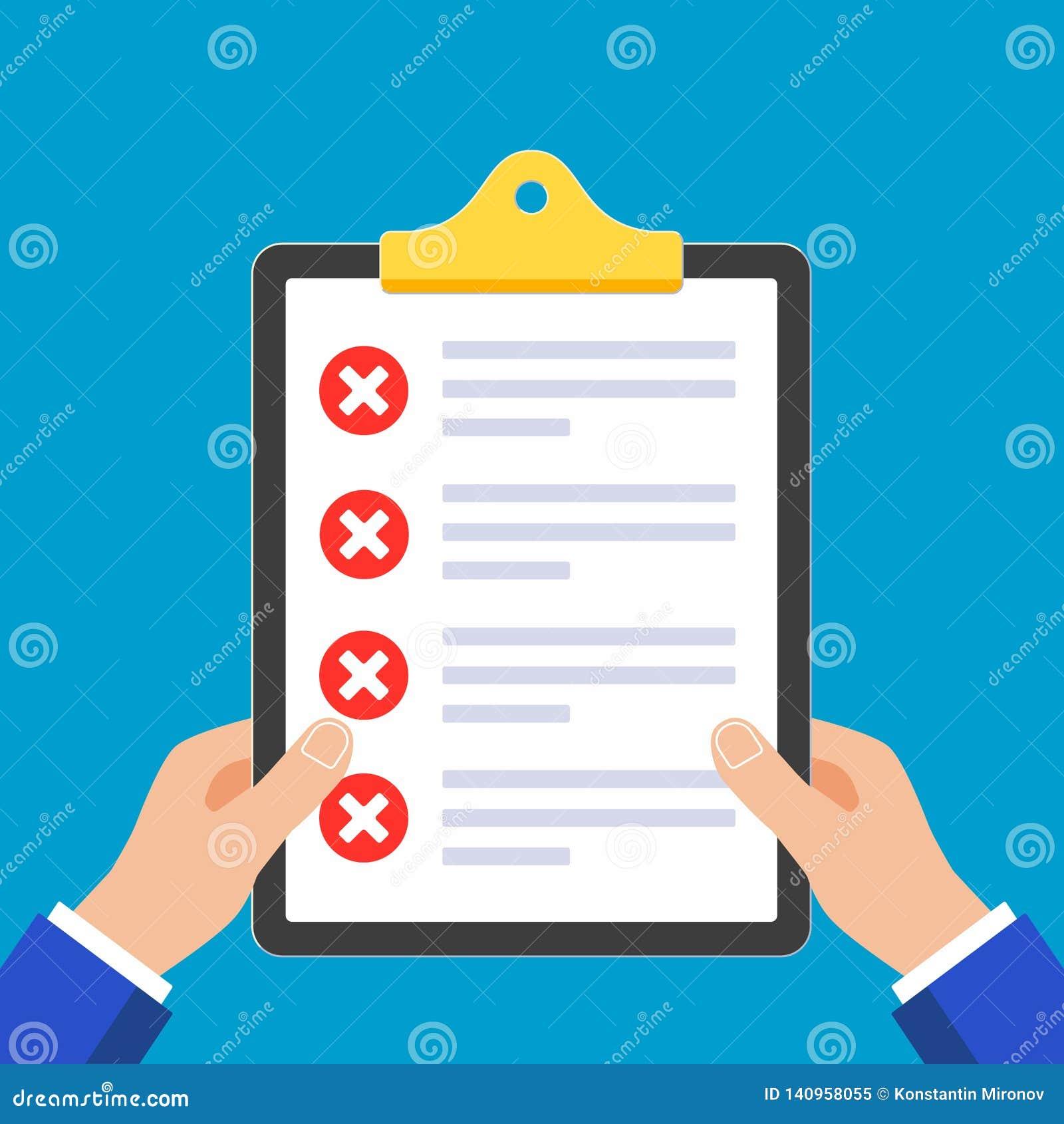 Mãos que guardam papéis com formulário de reclamação nele, folhas de papel