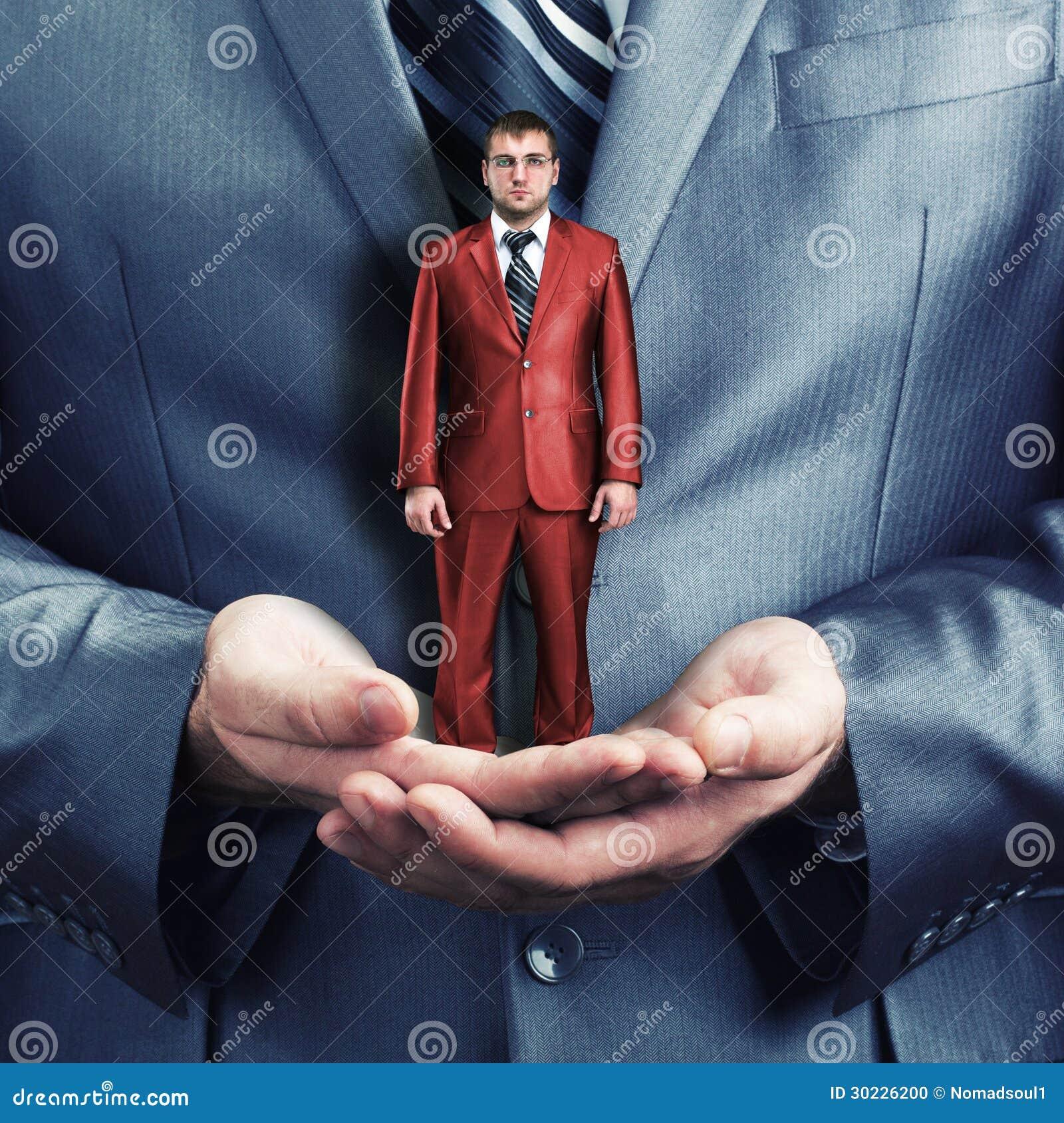 Guardarando o homem de negócios pequeno