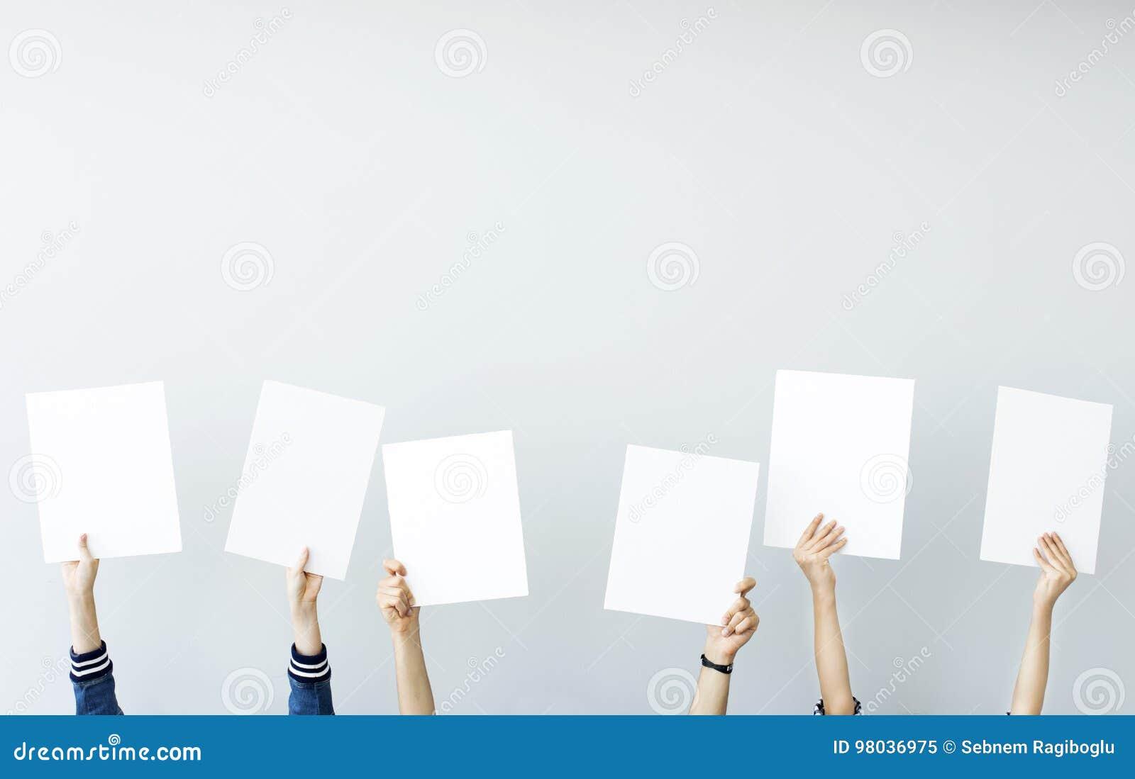 Mãos que prendem bandeiras