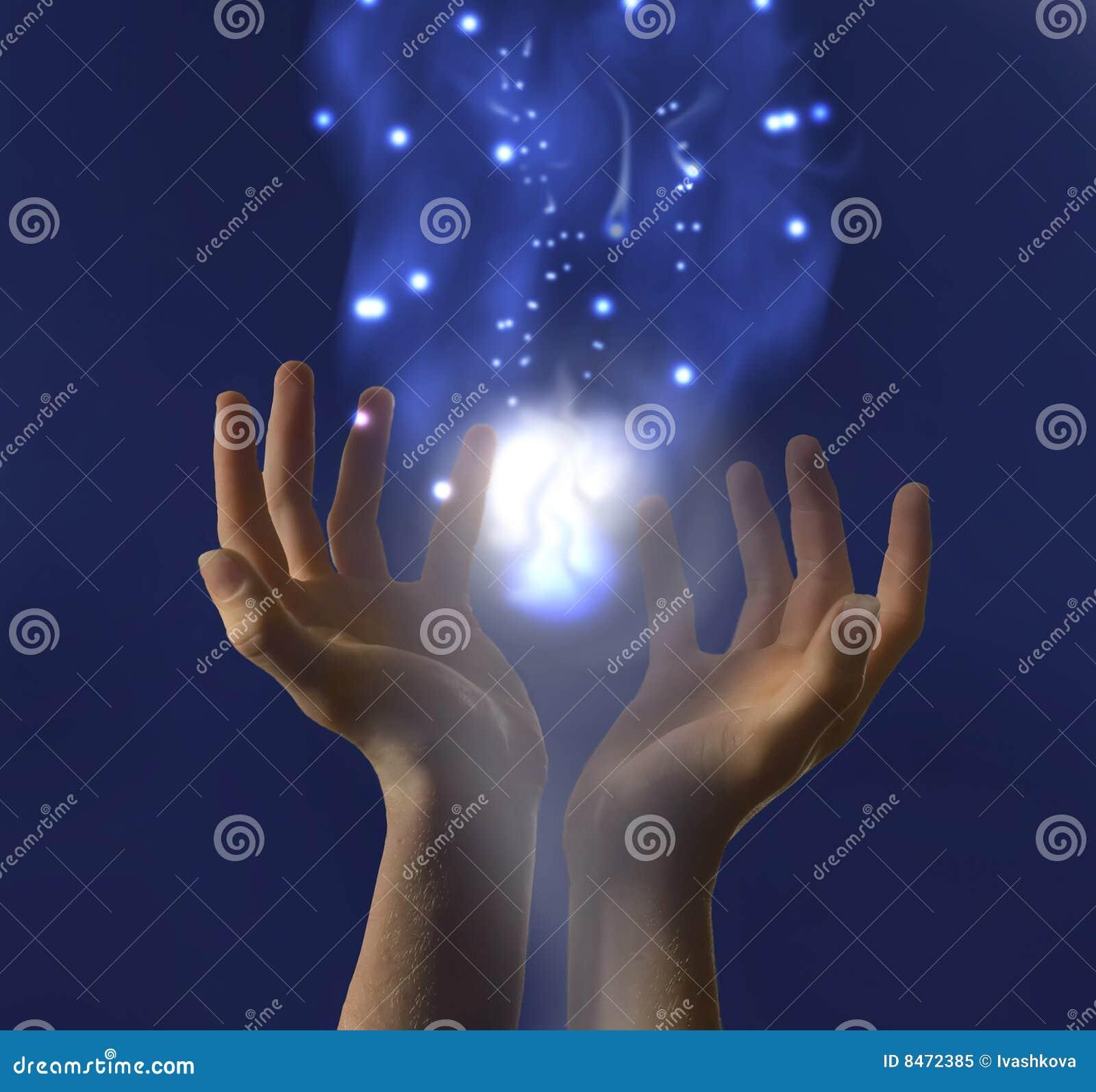 Mãos que prendem a luz brilhante