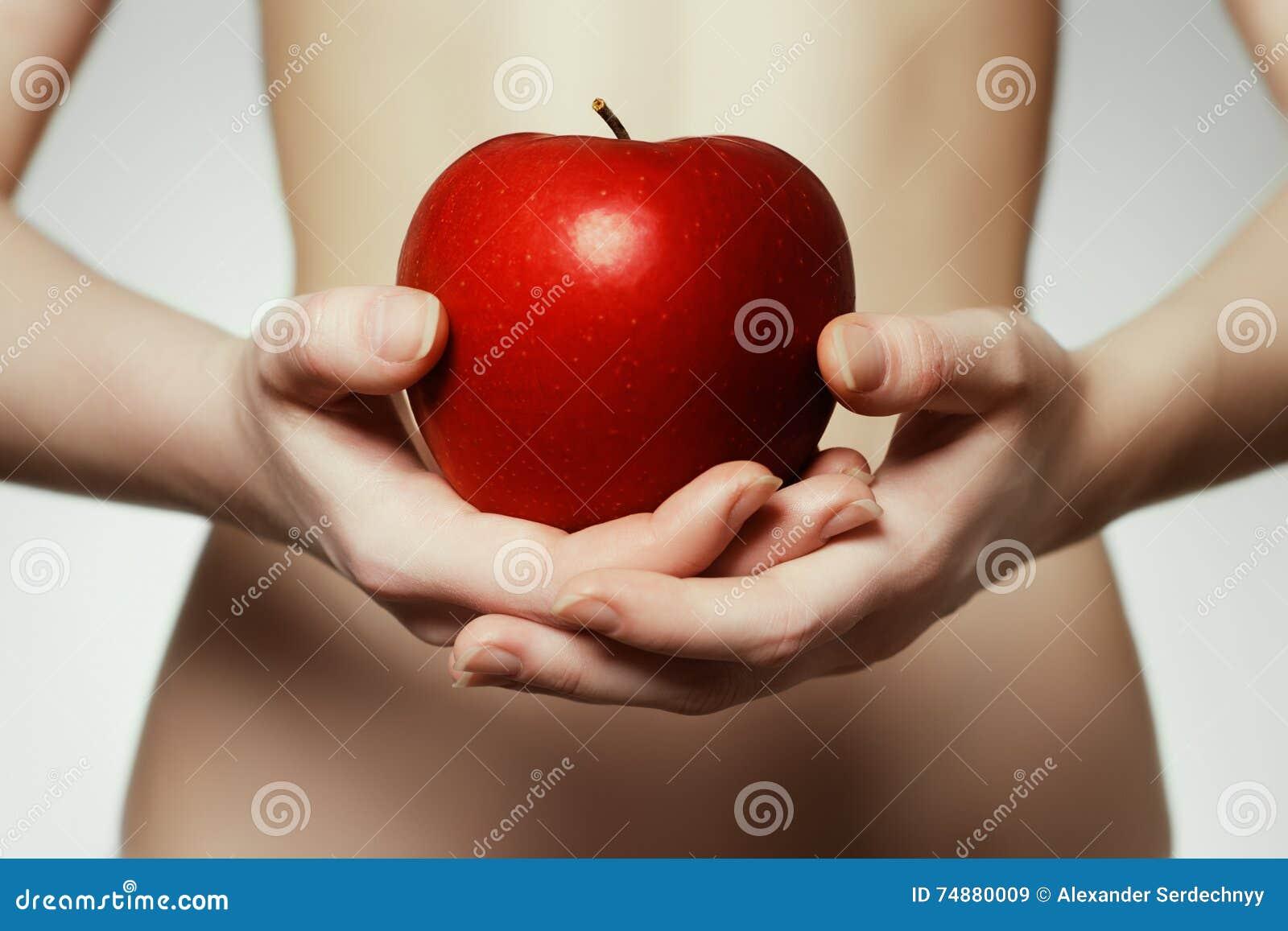Mãos que prendem a maçã vermelha Retrato da jovem mulher que guarda o ap vermelho