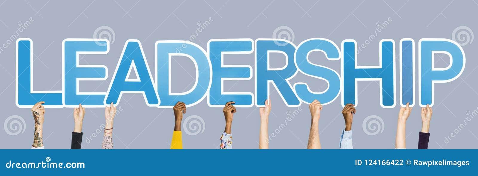 Mãos que sustentam as letras azuis que formam a liderança da palavra