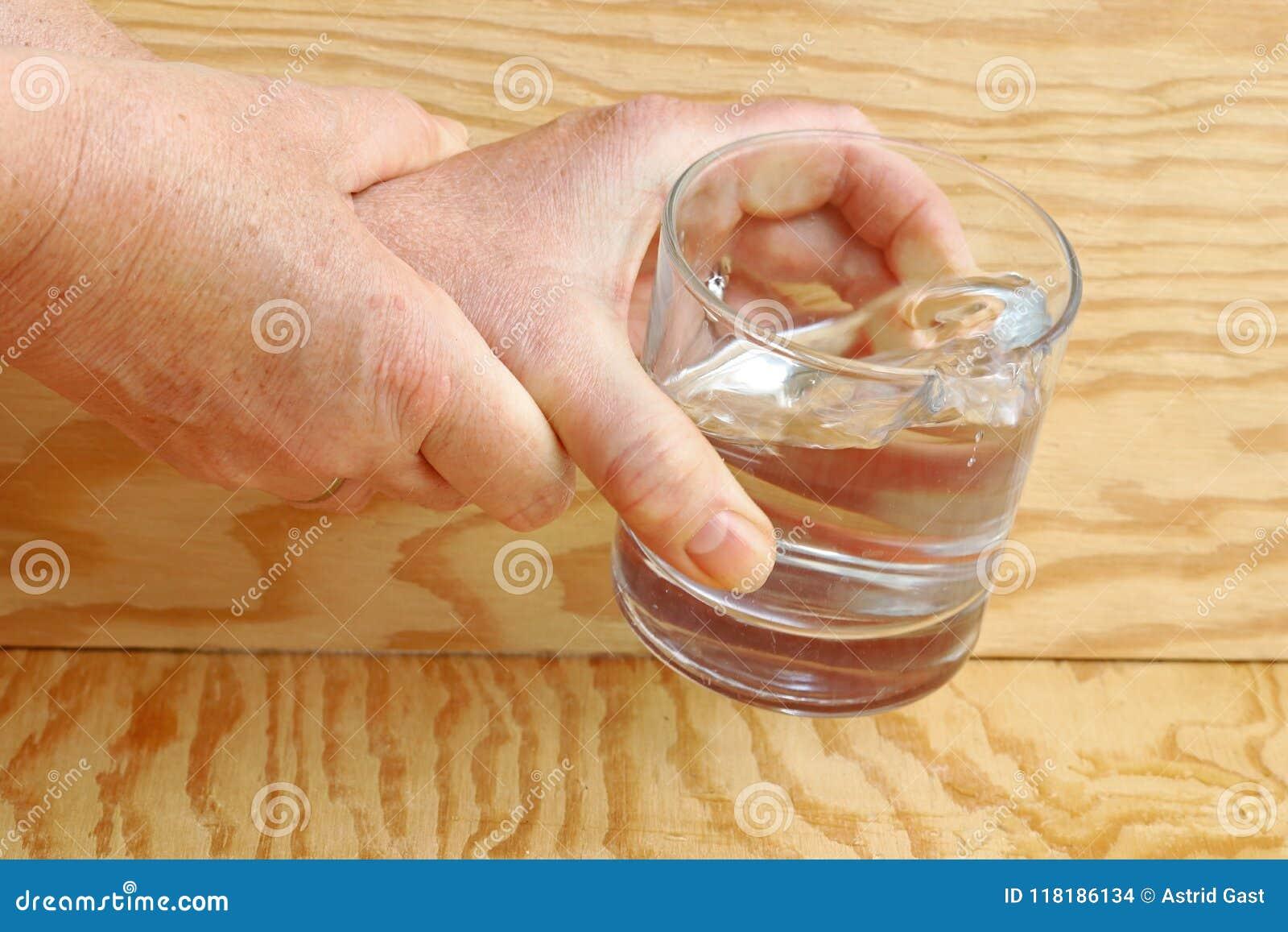 Mãos trembling do ` um s da mulher
