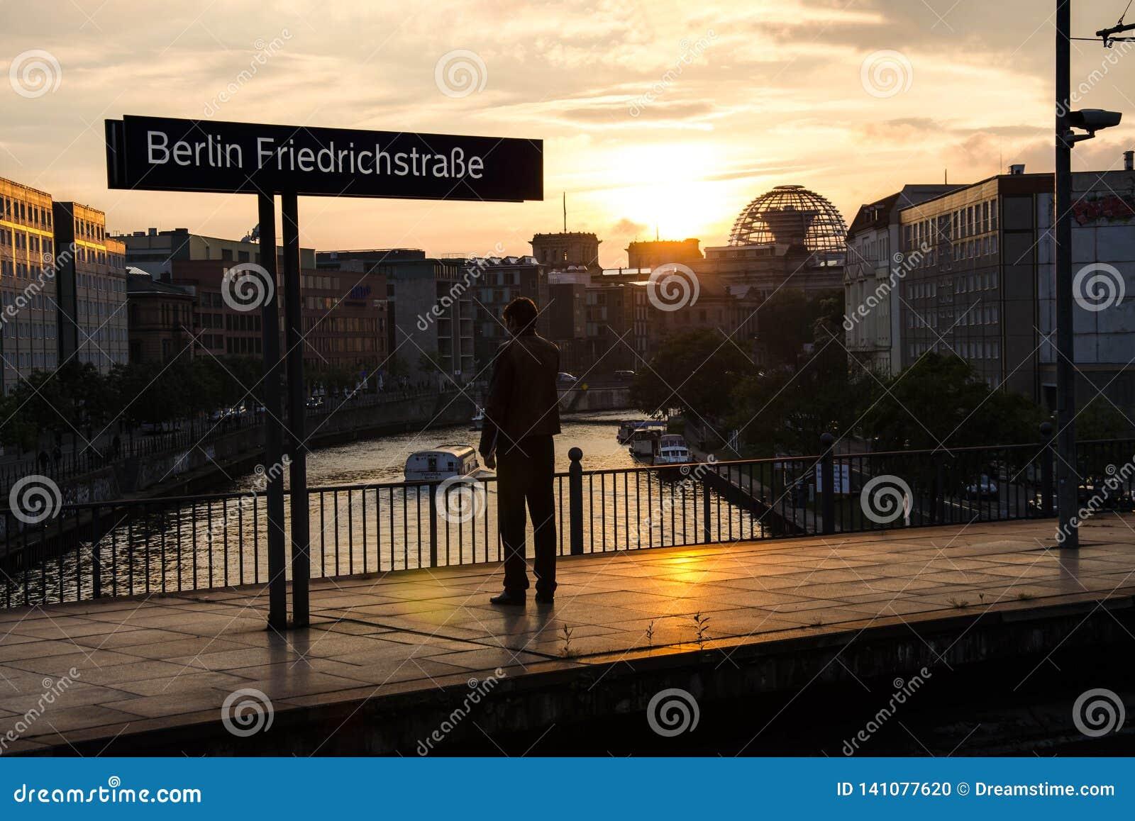 Mężczyzn stojaki na taborowym staion przed Reichstag w Berlin w Niemcy