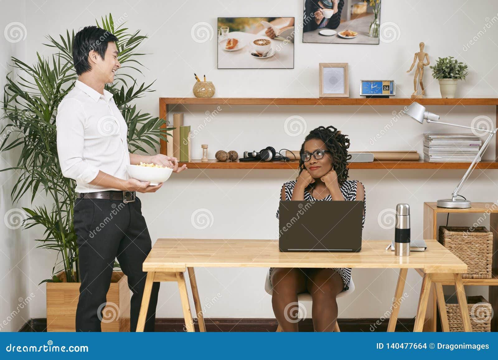 Mężczyzna ingeruje z pracą jego kolega