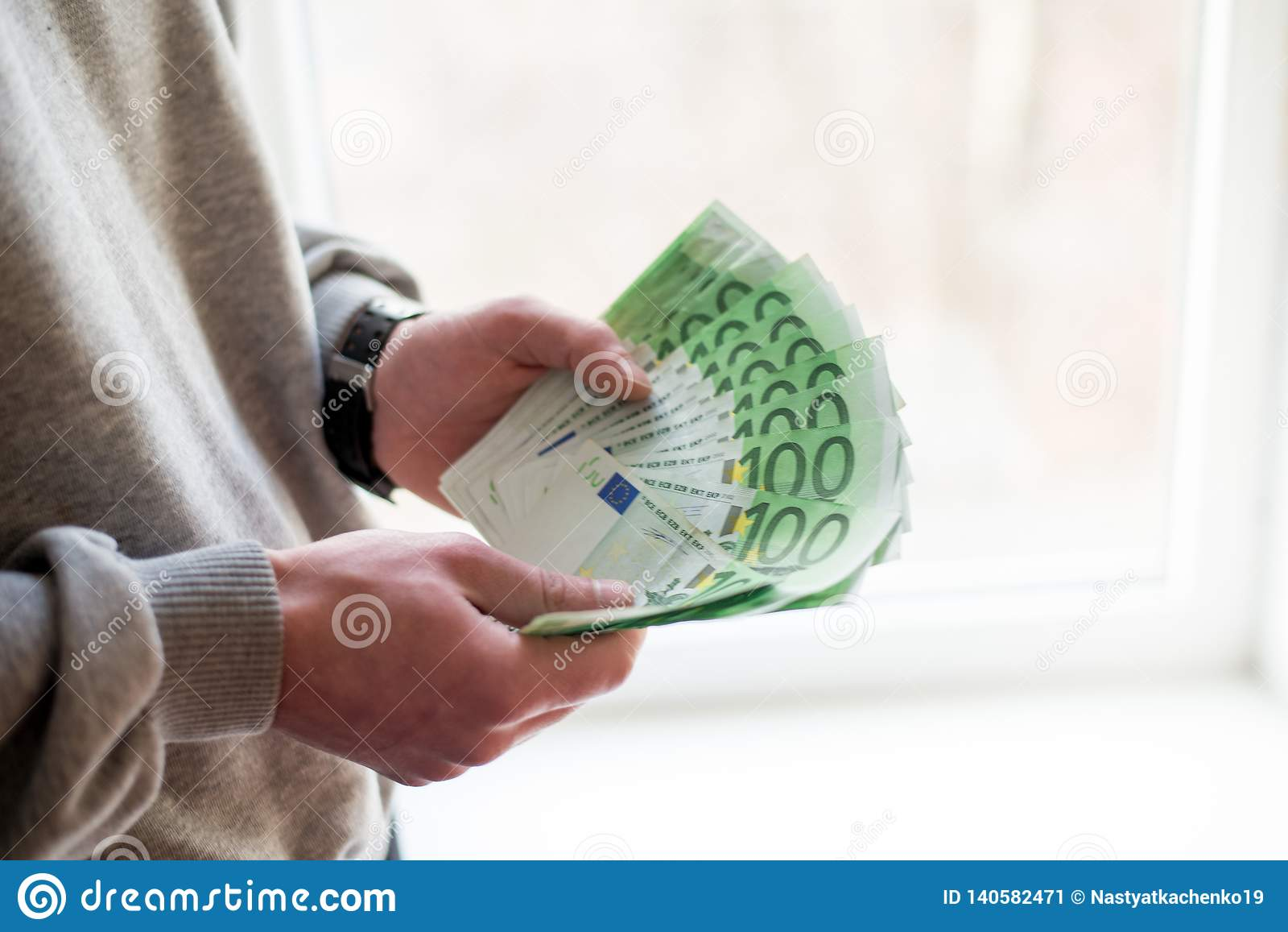 Mężczyzna ręki z euro na białym tle Pieniężny biznesowy pojęcie