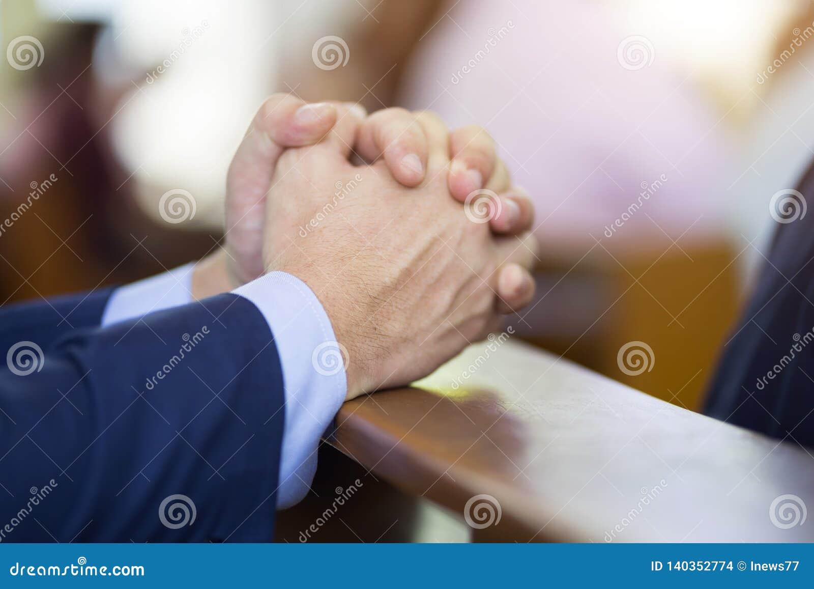 Mężczyzna wręcza modlenie na świętej biblii w kościół dla wiary pojęcia, duchowości i chrześcijanin religii,