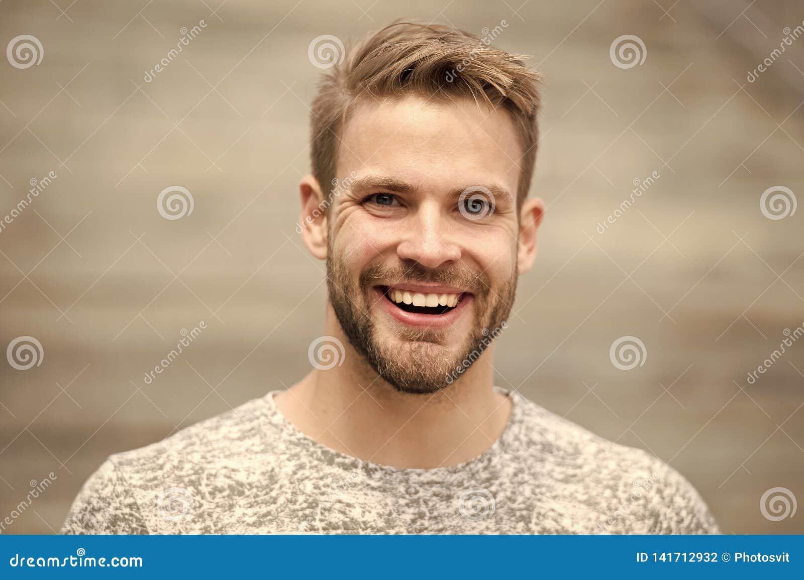 Mężczyzna z perfect genialnej uśmiech nieogolonej twarzy defocused tłem Faceta szczęśliwy emocjonalny wyrażenie outdoors brodaty
