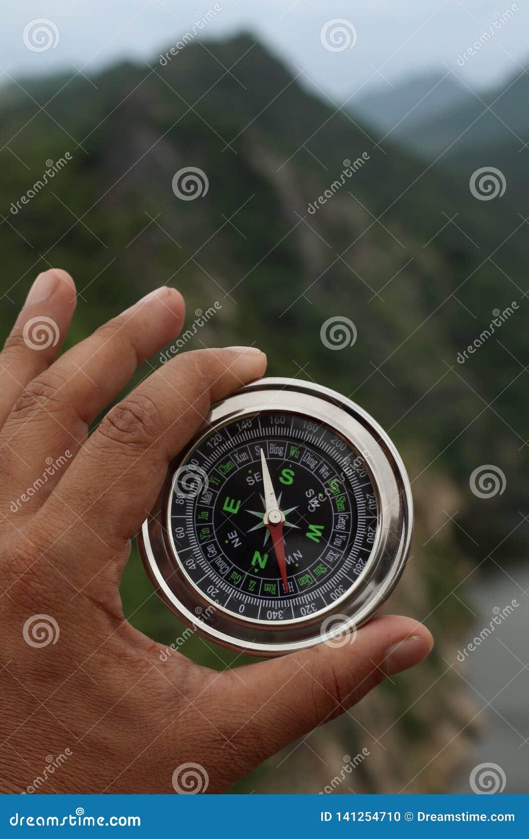 Mężczyzny mienia kompas w jego ręce