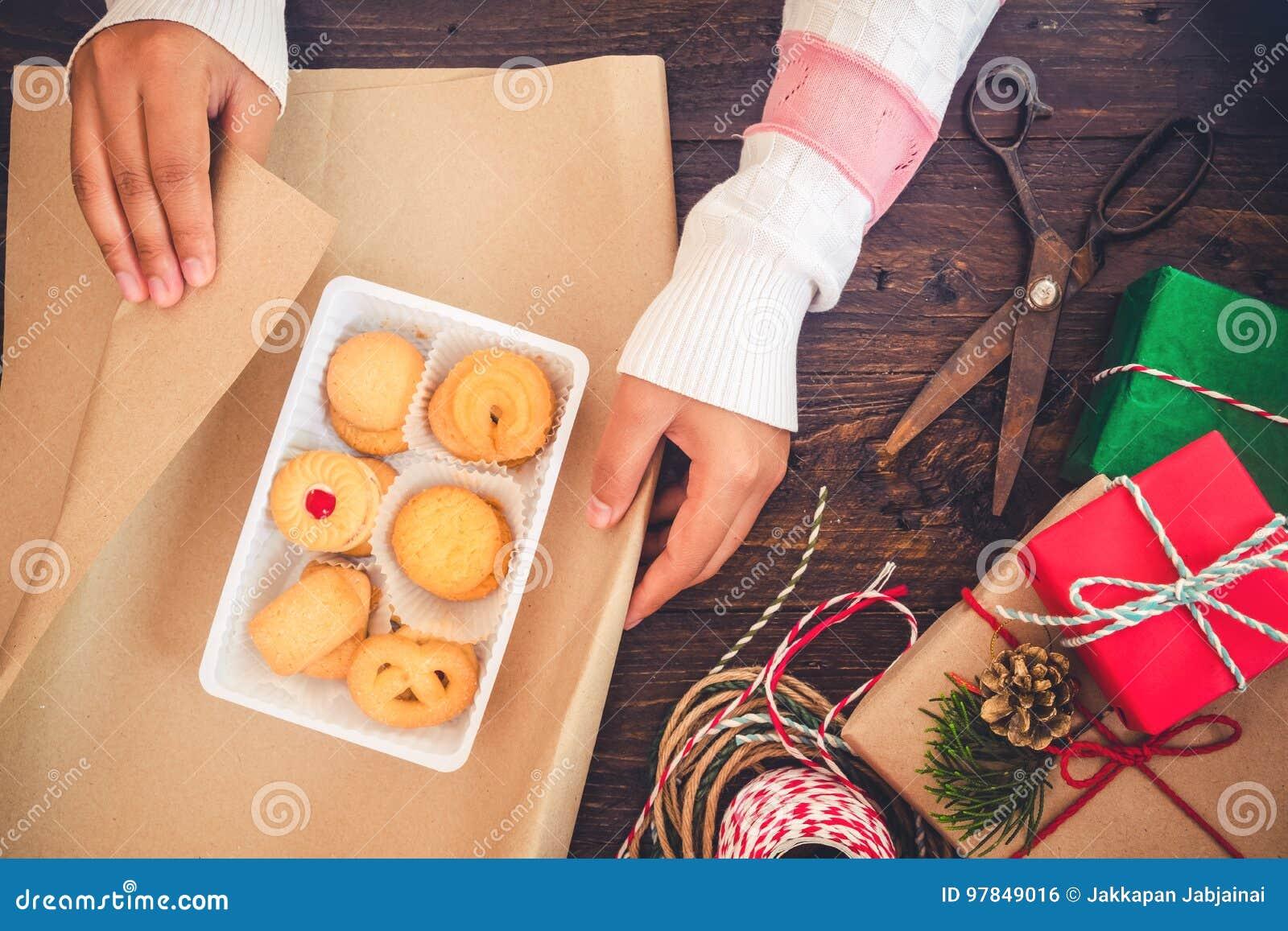 Mädchen übergibt Die Verpackung Des Geschenks Für ...