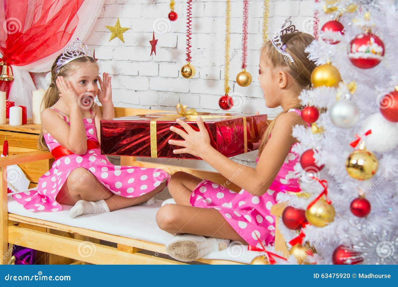 Mädchen überraschte Große Rote Weihnachtsgeschenke Stockfoto - Bild ...