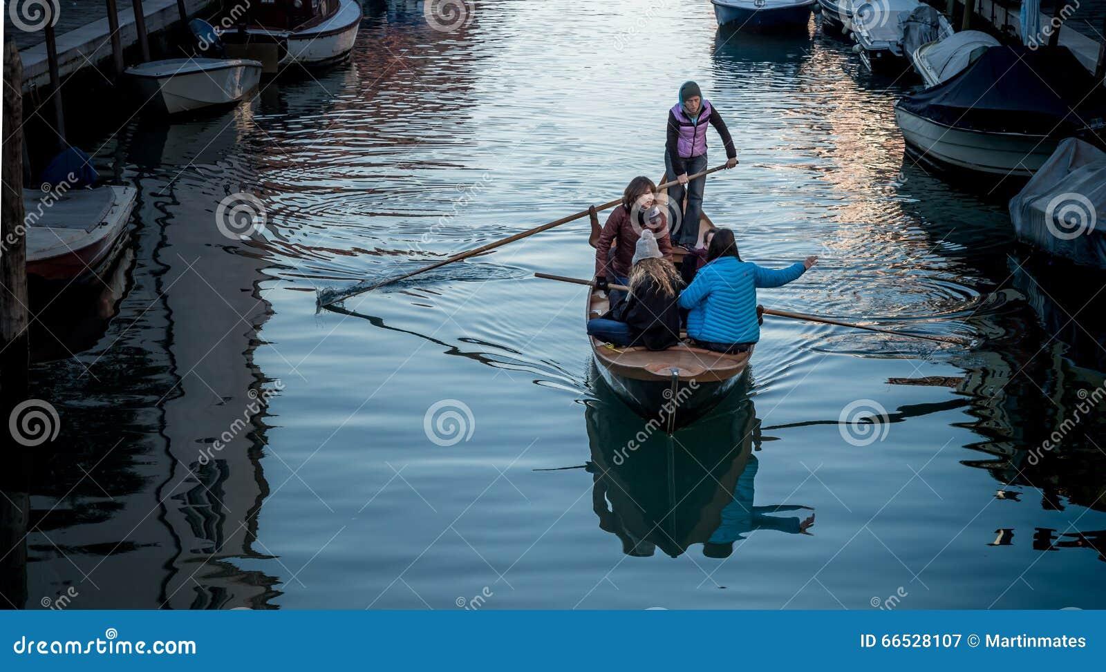 Mädchen auf Boot auf venetianischem Kanal