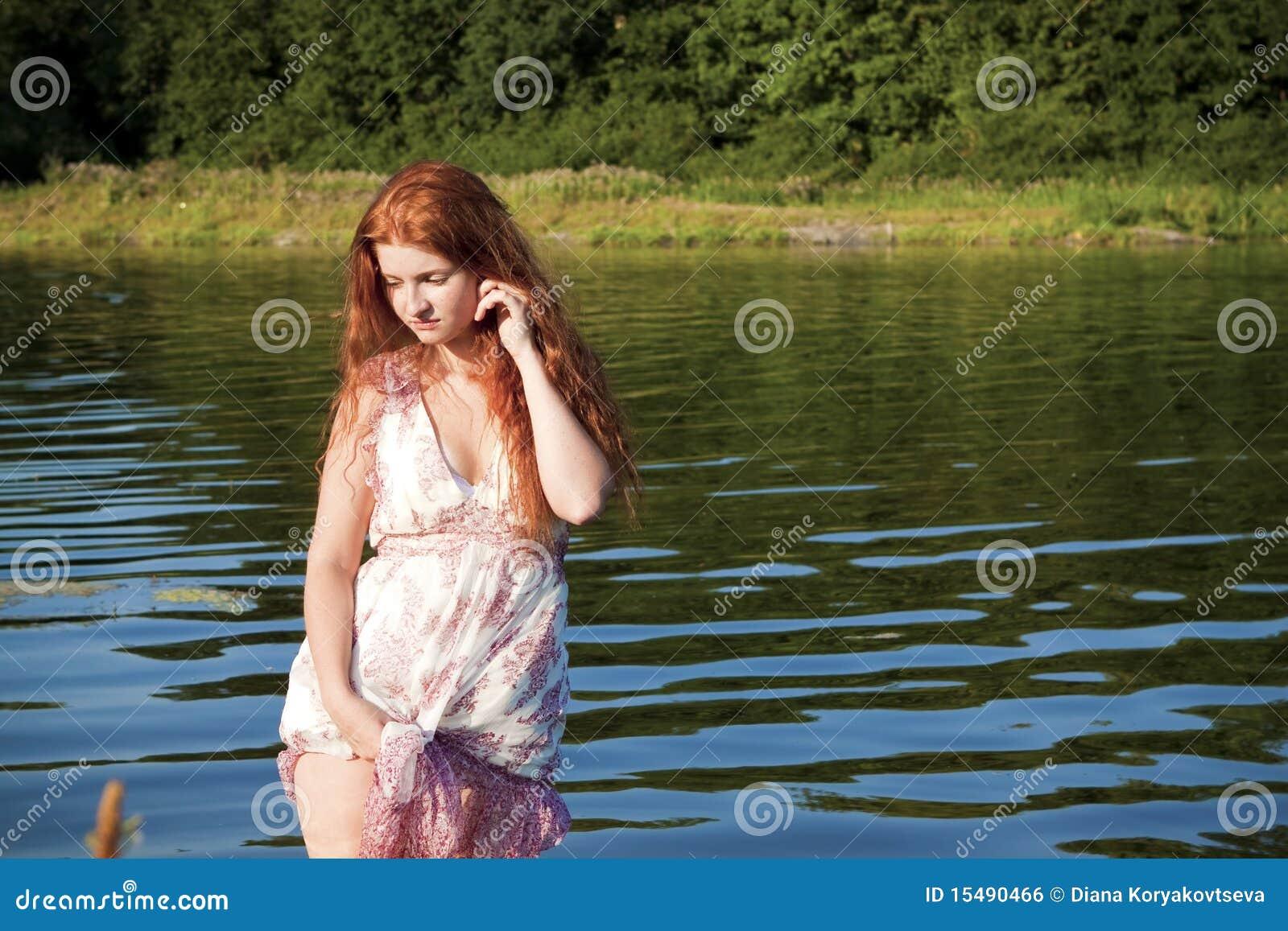 Mädchen auf dem Fluss