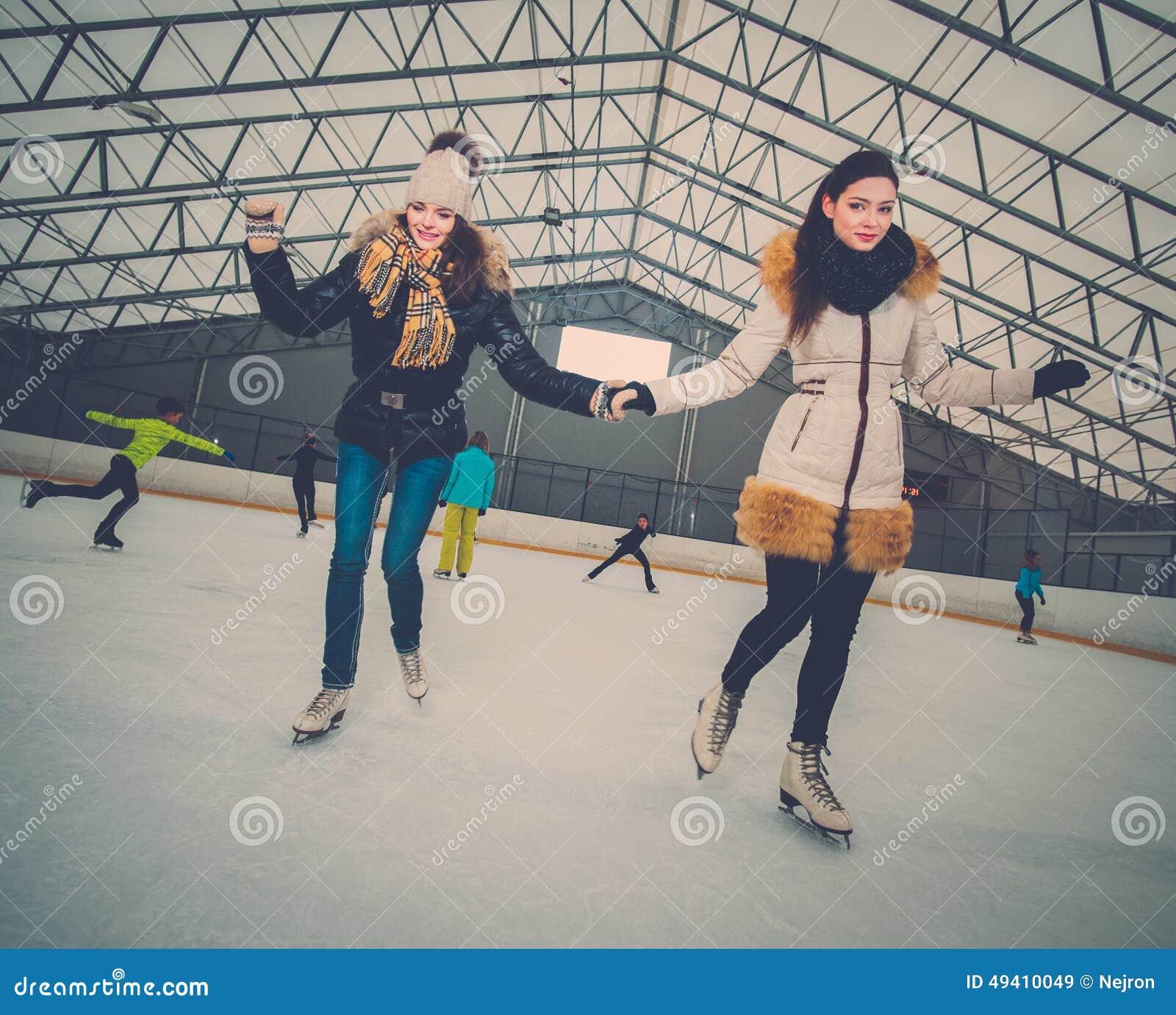 Download Mädchen Auf Dem Schlittschuh Laufen Der Eisbahn Stockbild - Bild von kleid, innen: 49410049