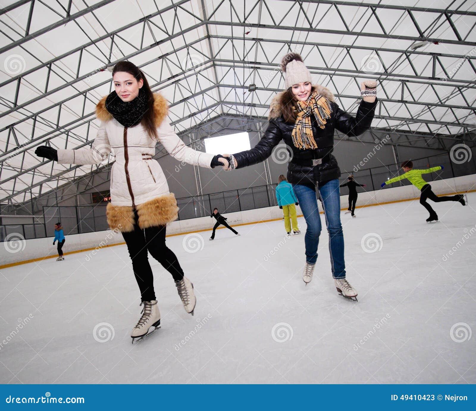 Download Mädchen Auf Dem Schlittschuh Laufen Der Eisbahn Stockbild - Bild von freundin, jacke: 49410423