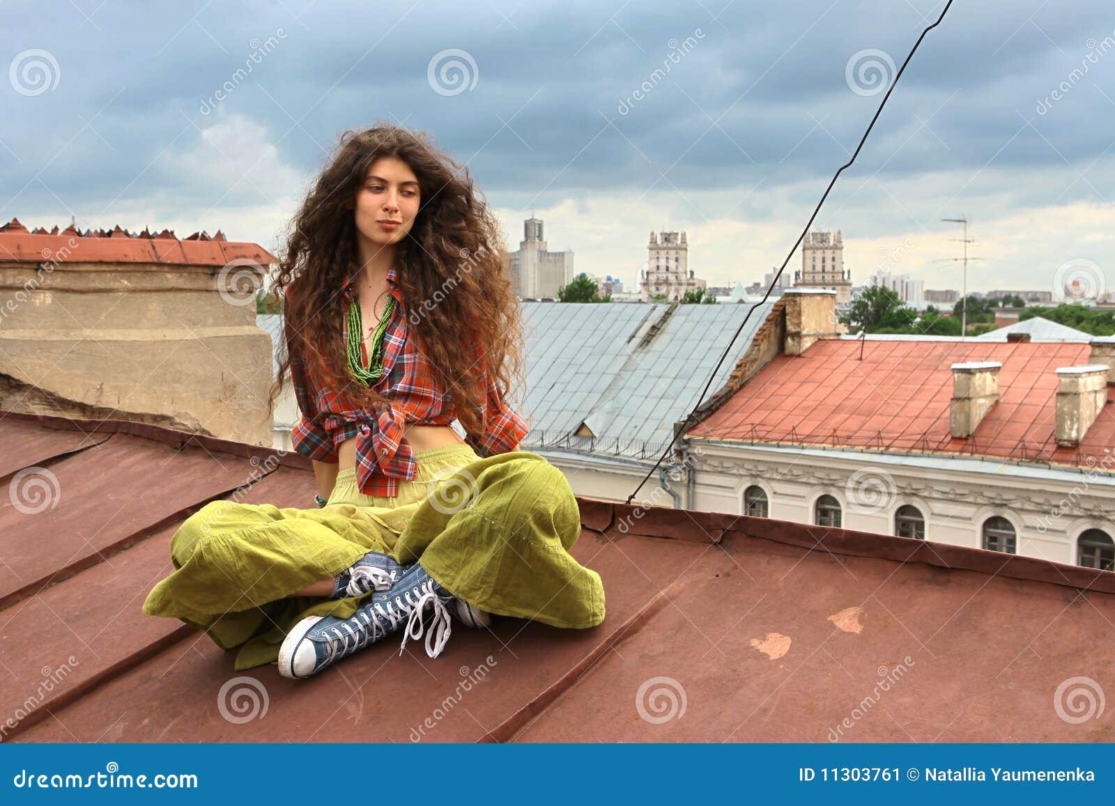 Mädchen auf einem Dach