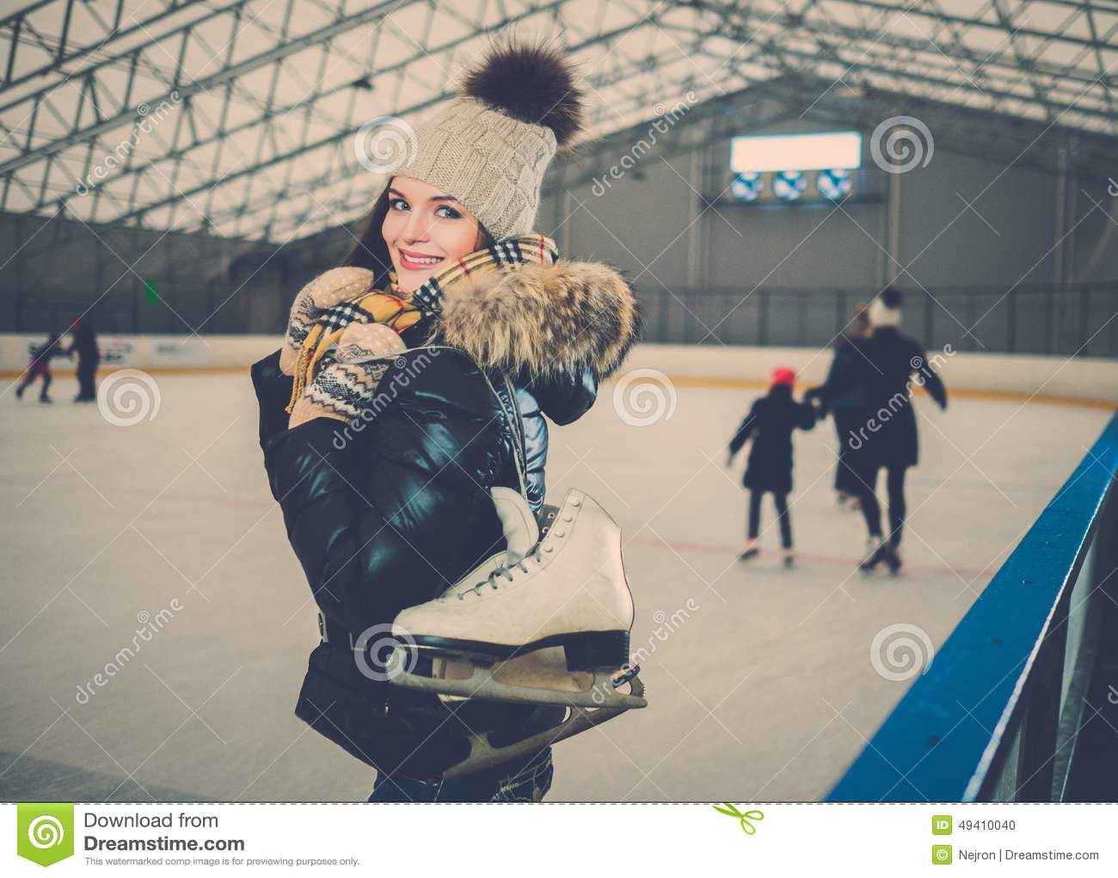 Download Mädchen auf Eislaufeisbahn stockfoto. Bild von freundlich - 49410040