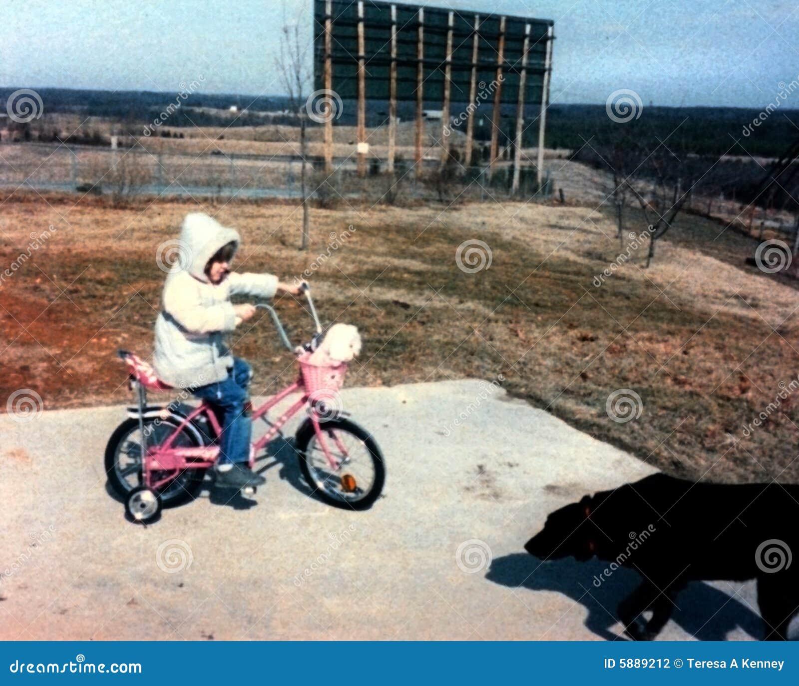 Mädchen auf Fahrrad - Weinlese