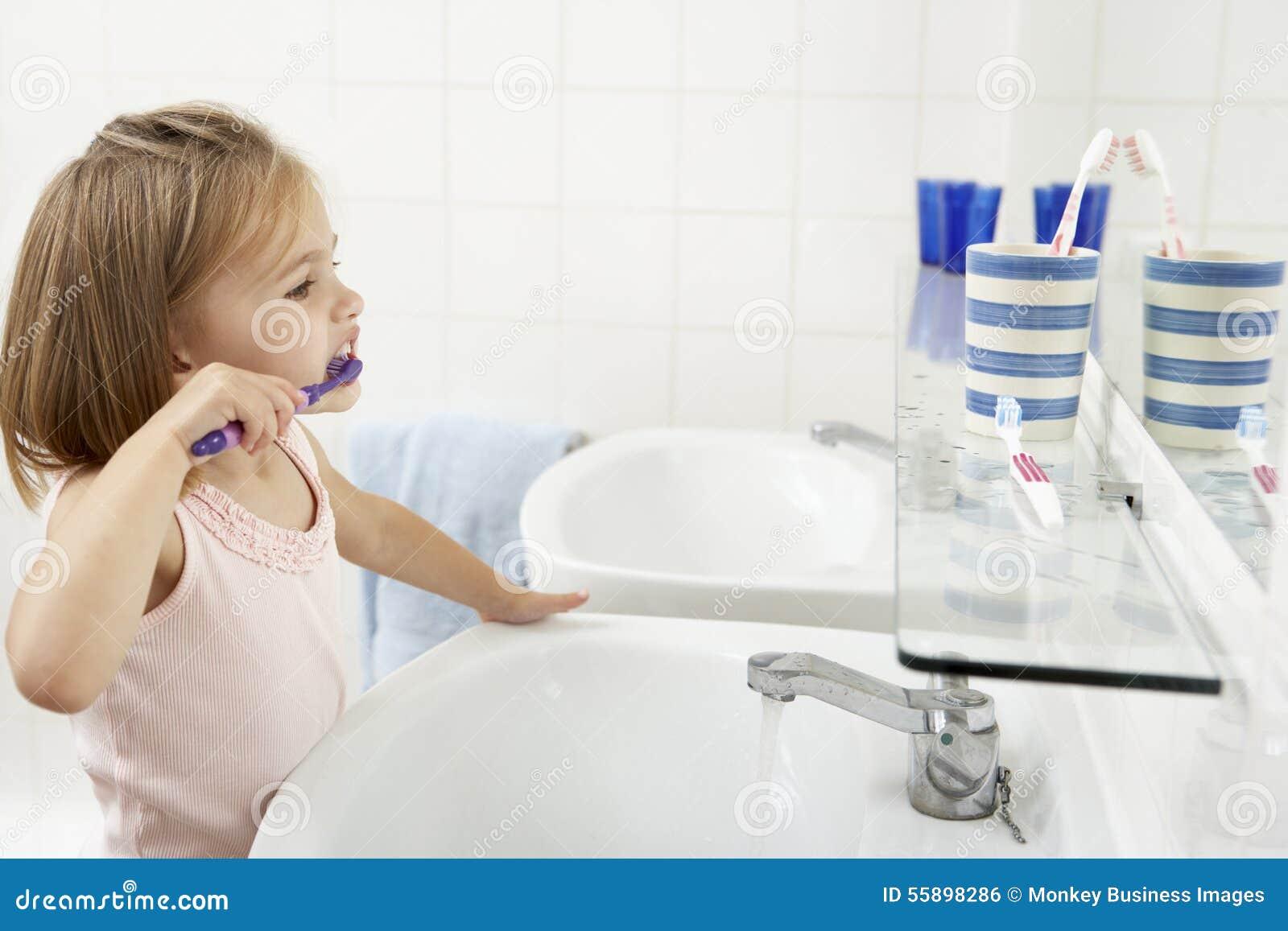 Mädchen In Badezimmer-bürstenden Zähnen Stockfoto - Bild von leute ...