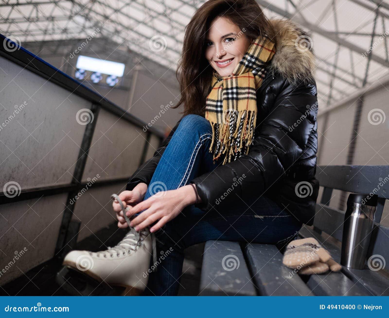 Download Mädchen, Das Auf Rochen Sich Setzt Stockfoto - Bild von freundlich, drehzahl: 49410400